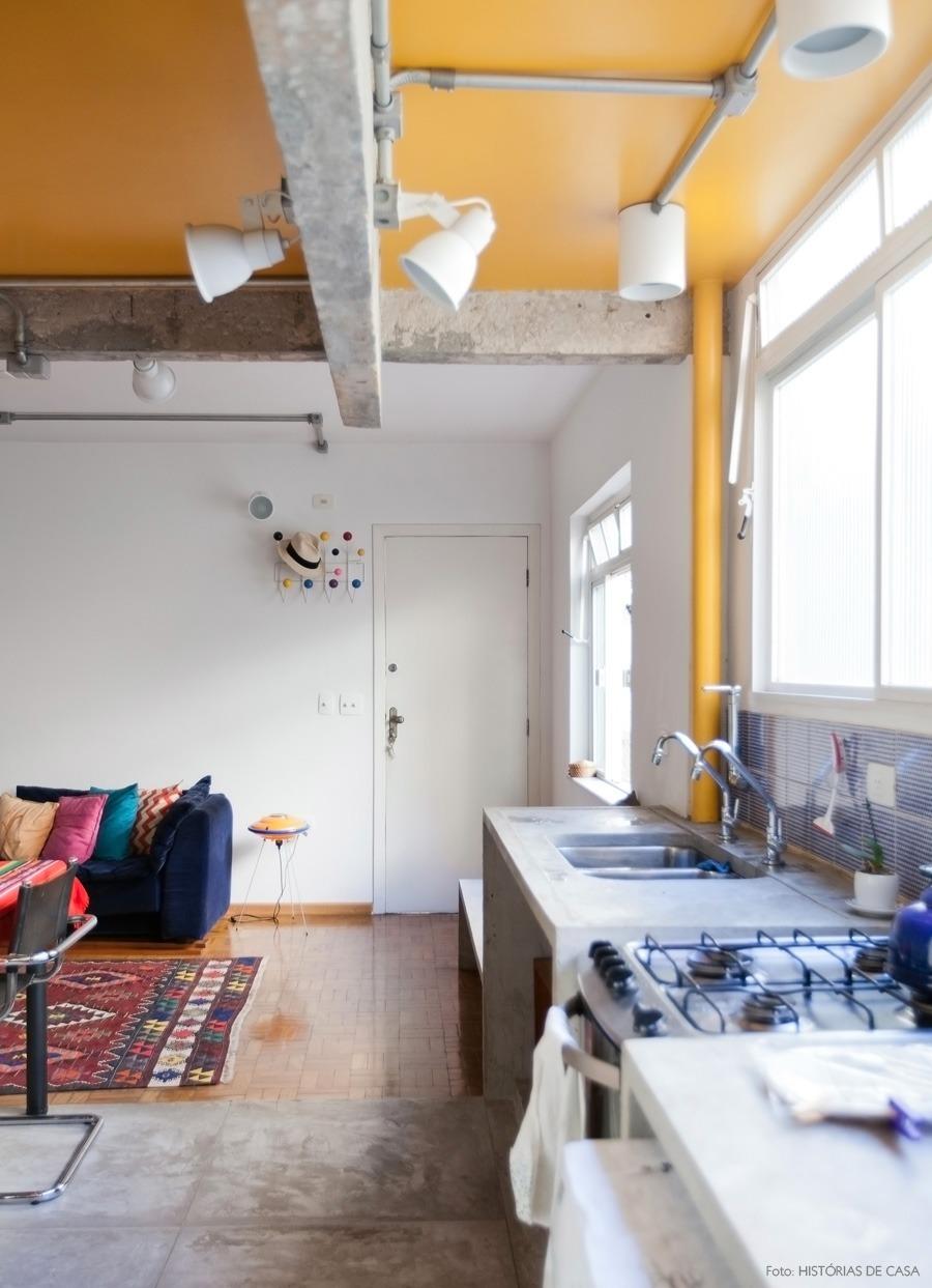 Cozinha com teto pintado de amarelo