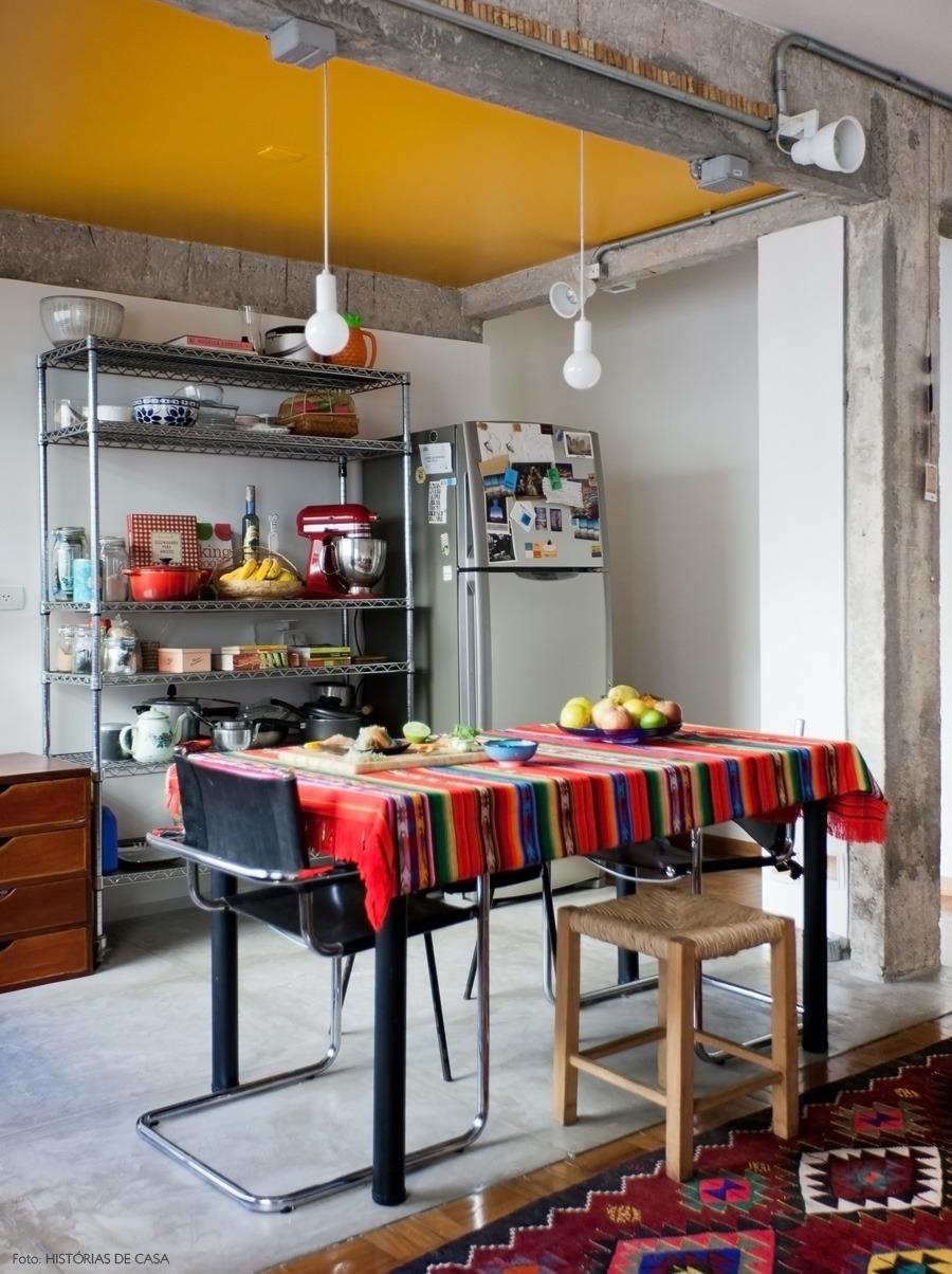 Cozinha integrada com teto pintado de amarelo