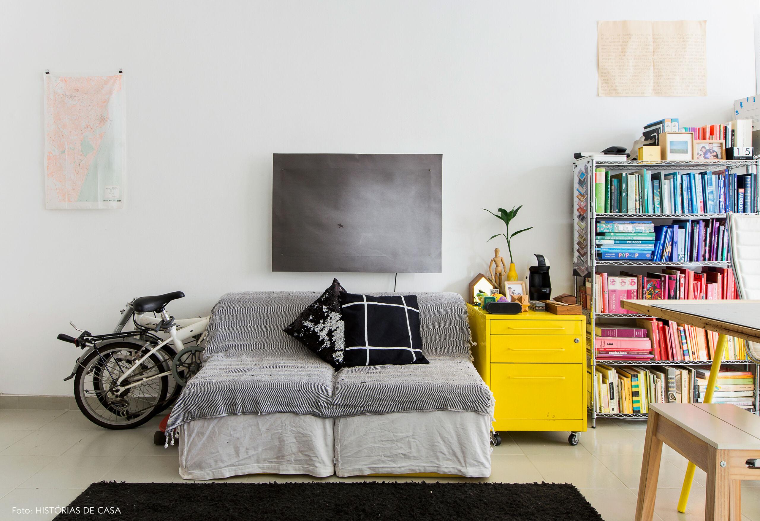 Sala de um apartamento pequeno com tons de cinza e amarelo