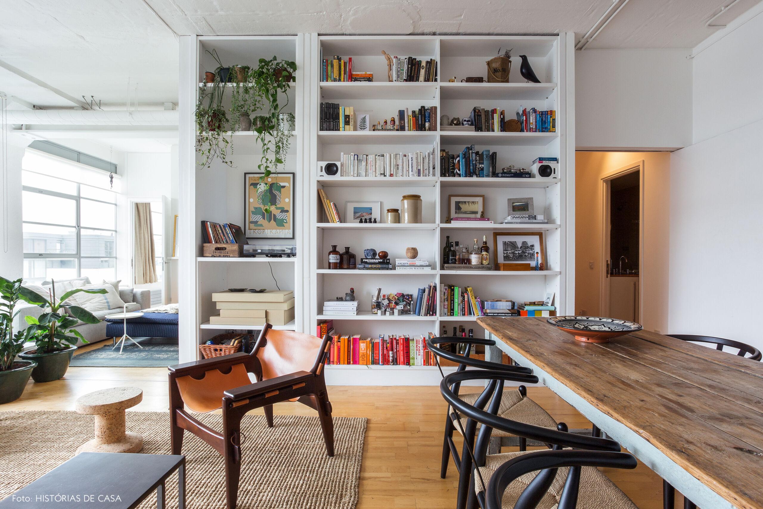 Sala com estante branca decorada e embutida