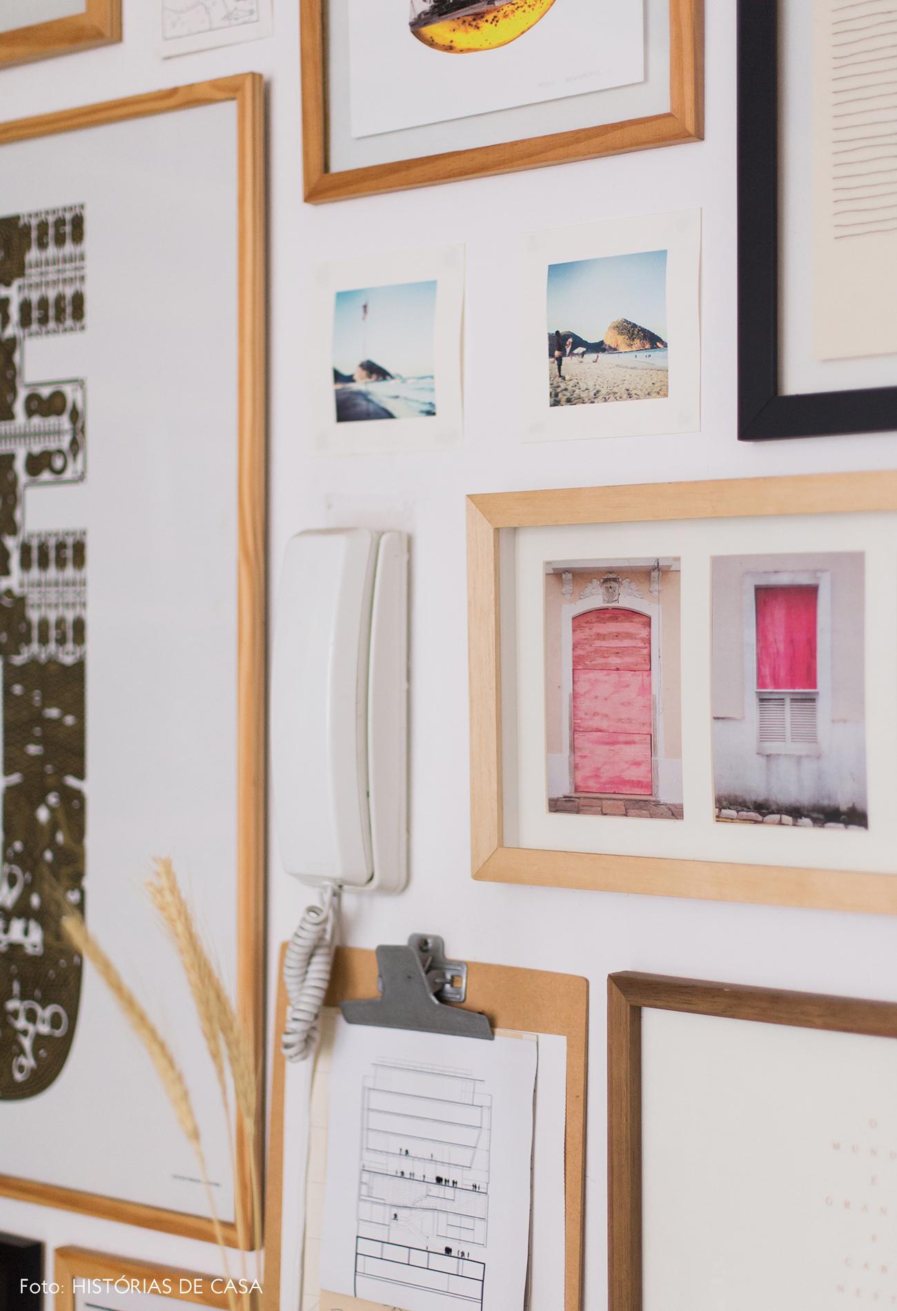 Parede de quadros com molduras de madeira