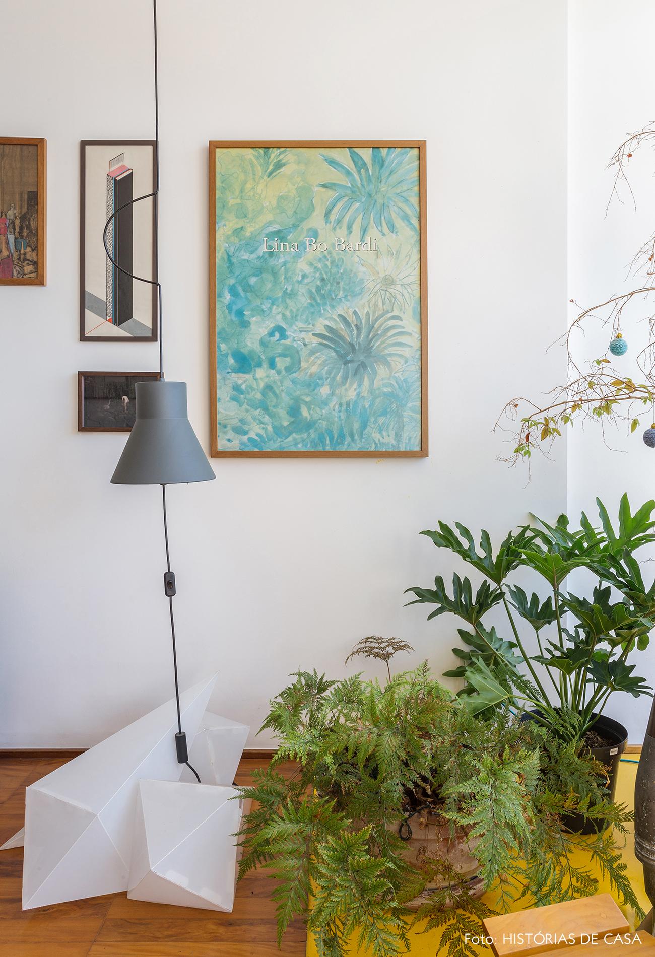 Decoração apartamento parede de quadros luminária