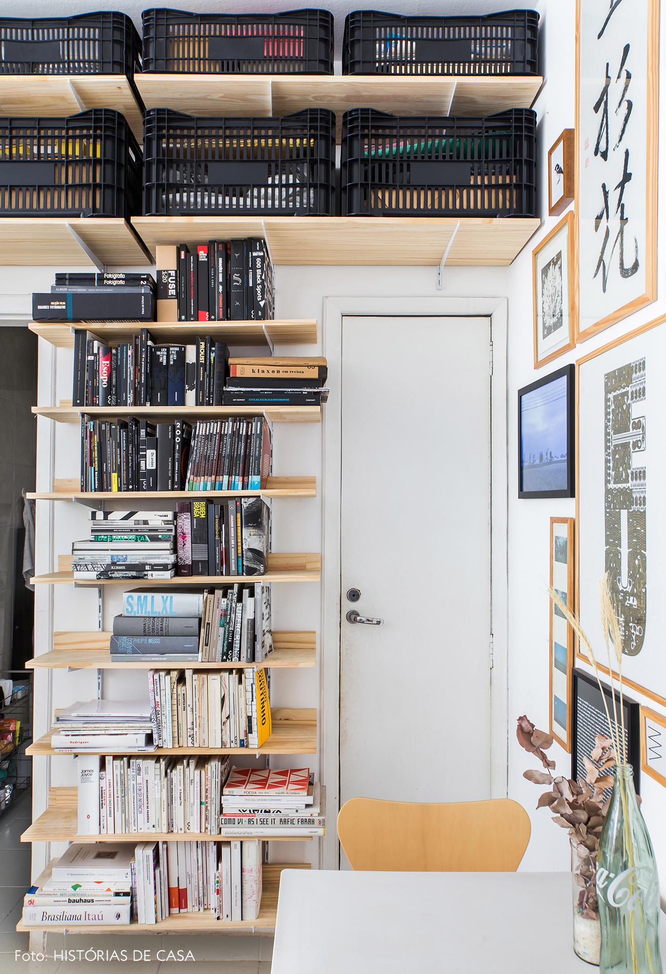 Apartamento pequeno com estante ao redor da porta e caixotes