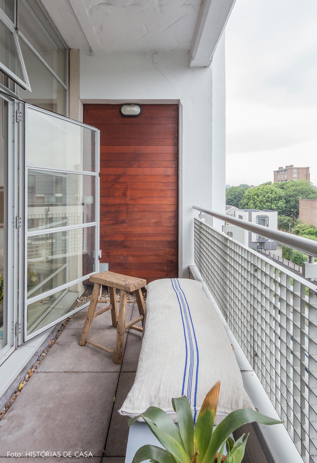 Varanda estreita de apartamento com banco de madeira