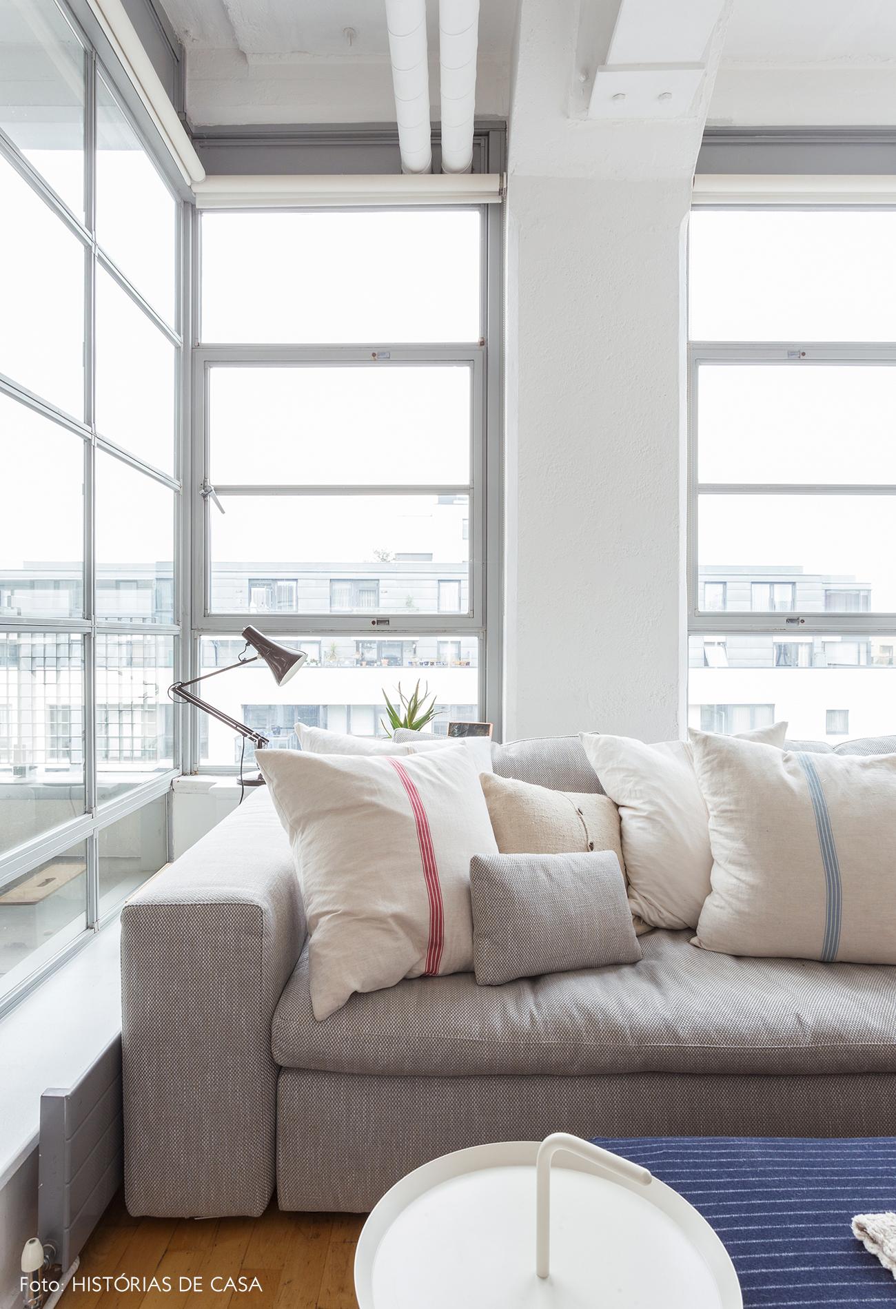 Sala de estar com janelas metálicas em Londres