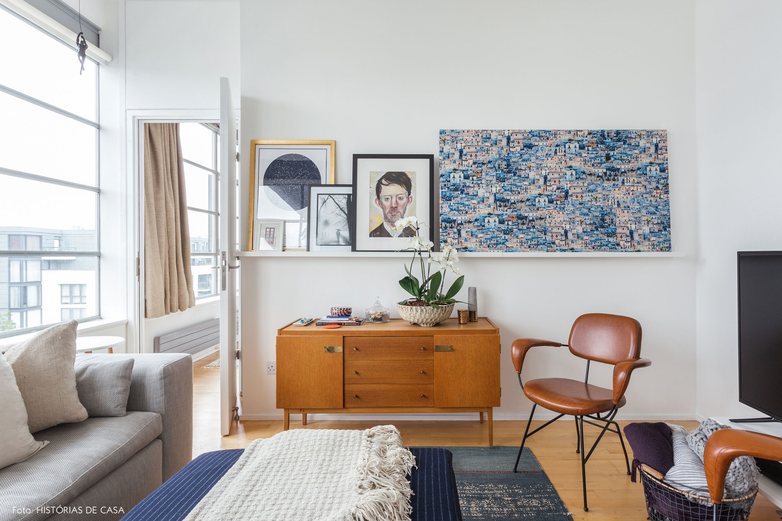 Sala de estar com móveis vintage e quadros