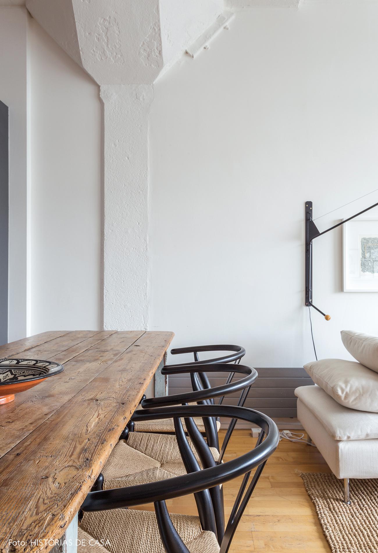 Sala de jantar com mesa de madeira rústica e cadeiras Wishbone