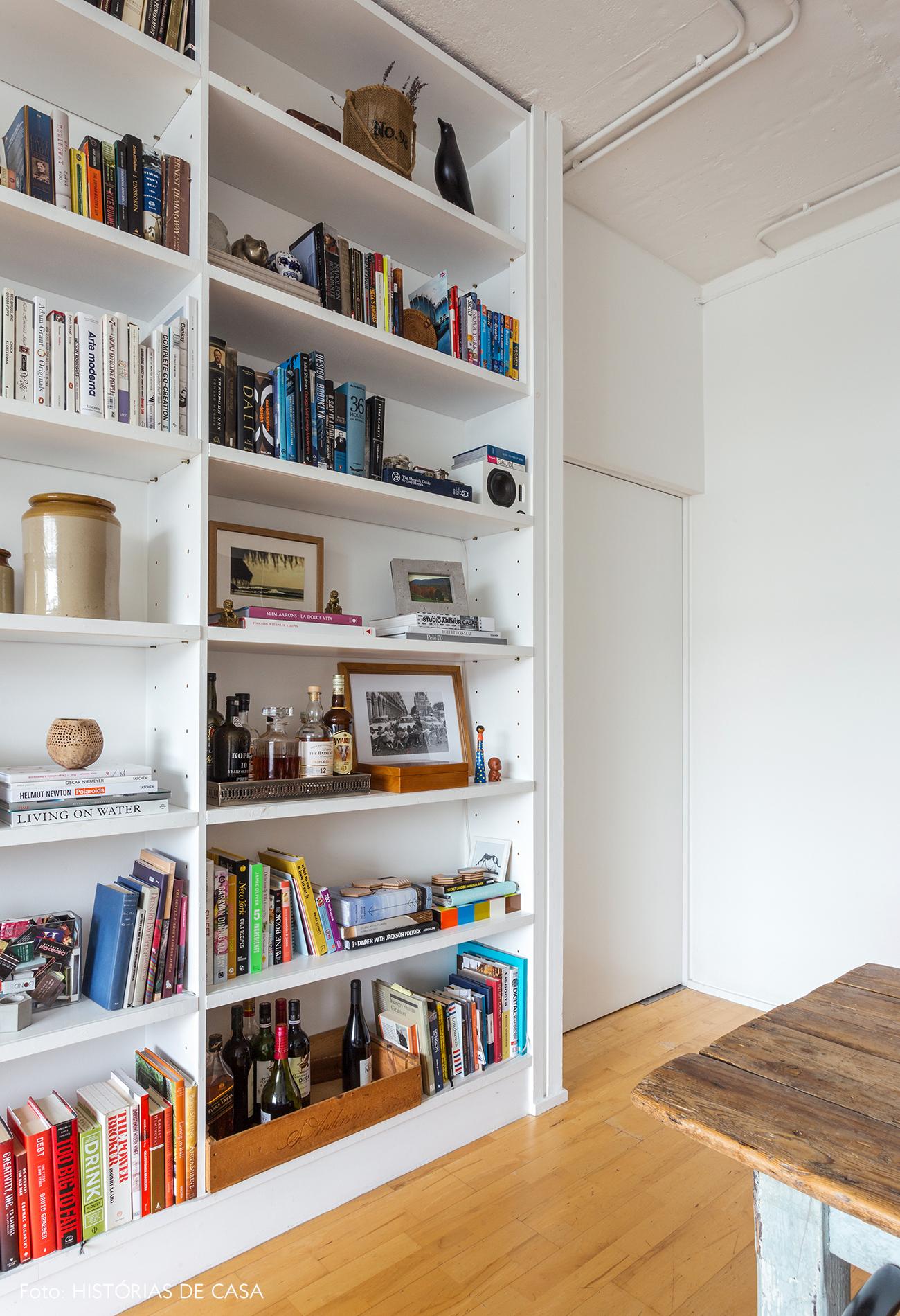 Estante branca com objetos e livros bacanas, bookshelf styling