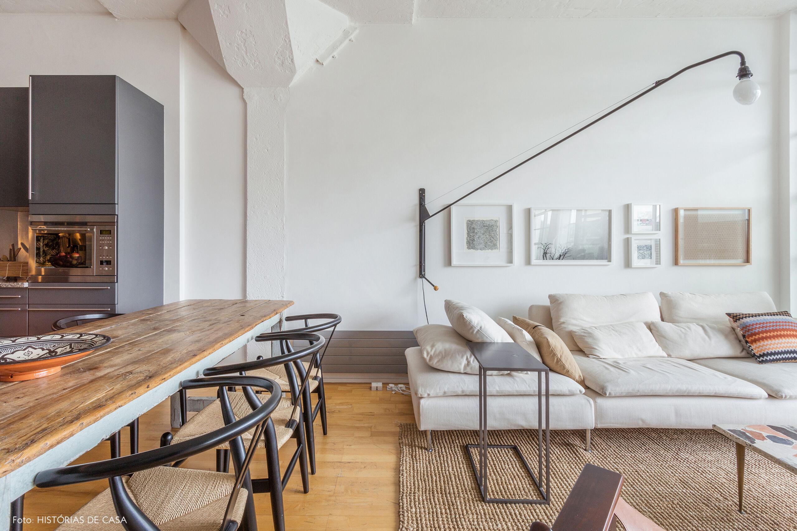 Sala integrada com sofá neutro desenho contemporâneo