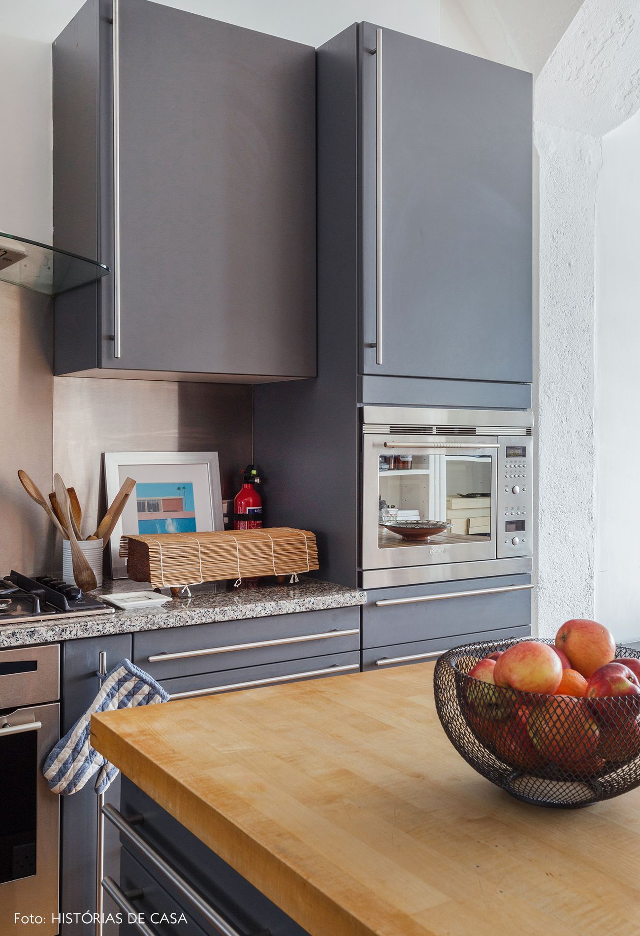 Grey minimalist kitchen cabinets