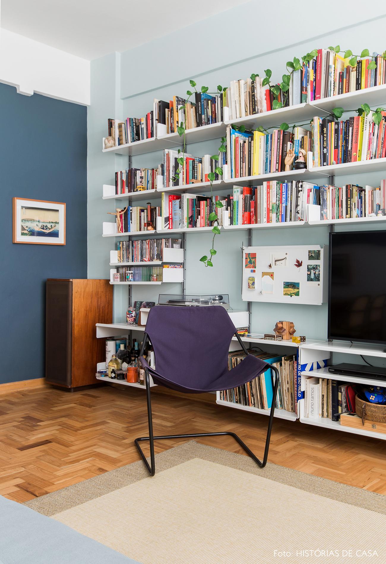 Parede pintada de azul claro no fundo da estante