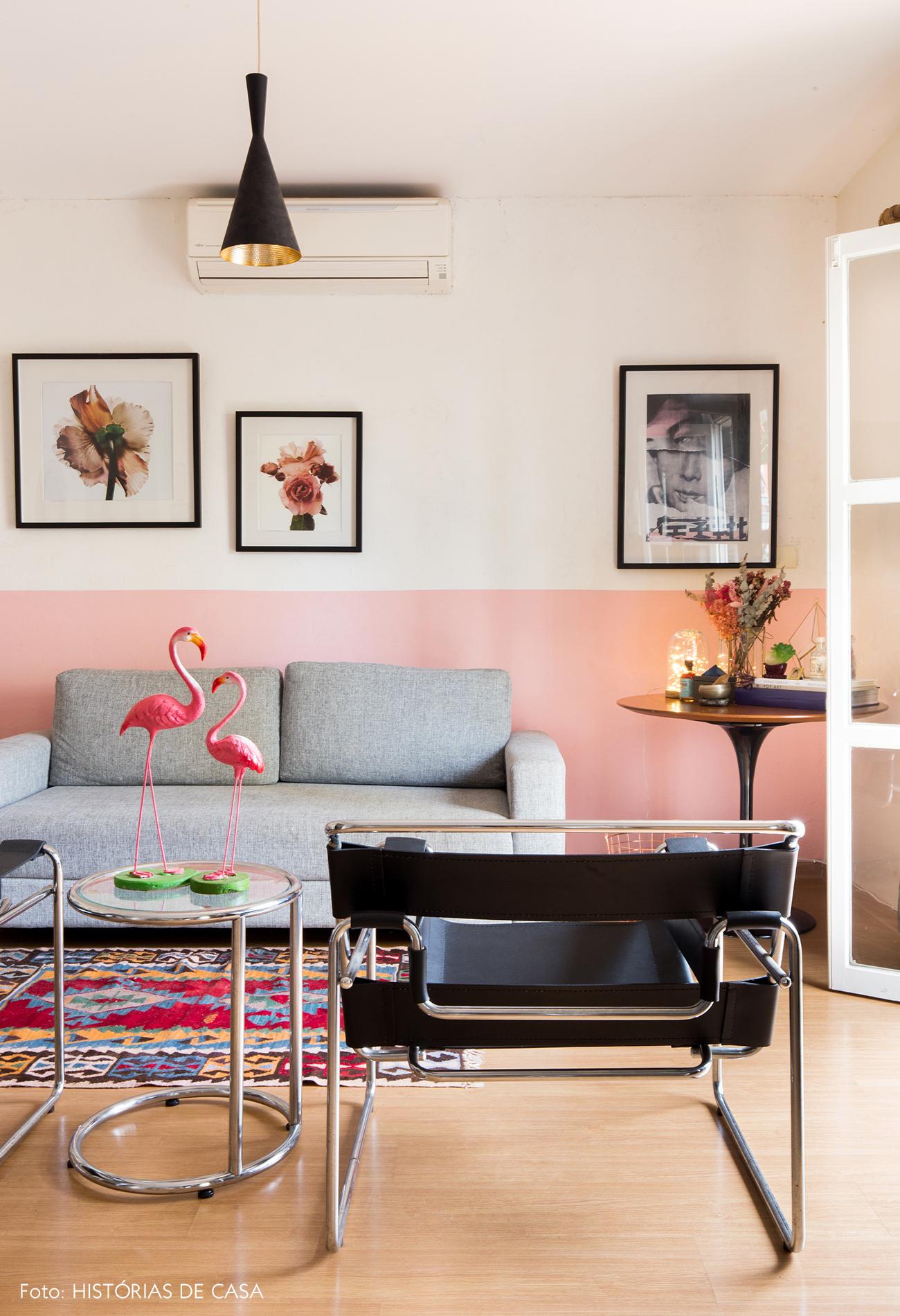 Sala de estar em apartamento alugado com decoração descolada