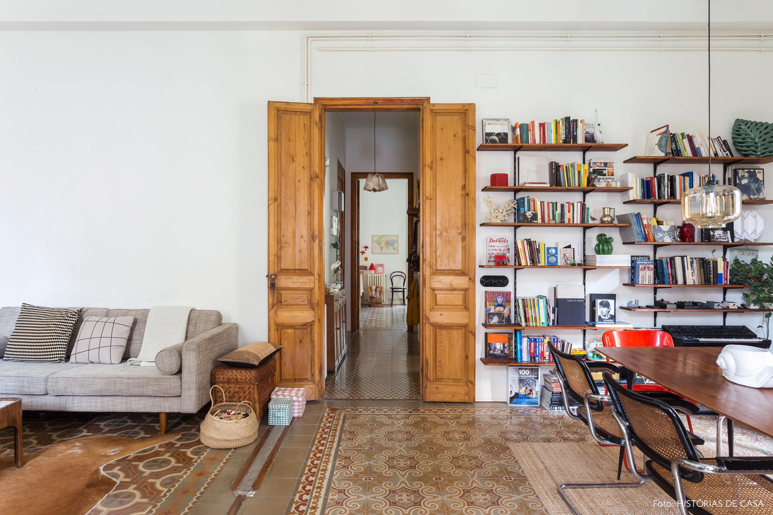 Apartamento antigo em Barcelona com portas de madeira