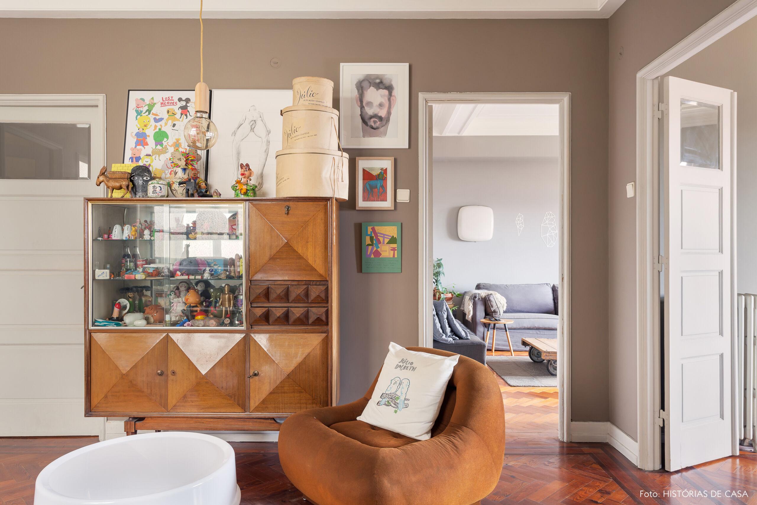 Armário vintage com coleções em apartamento antigo