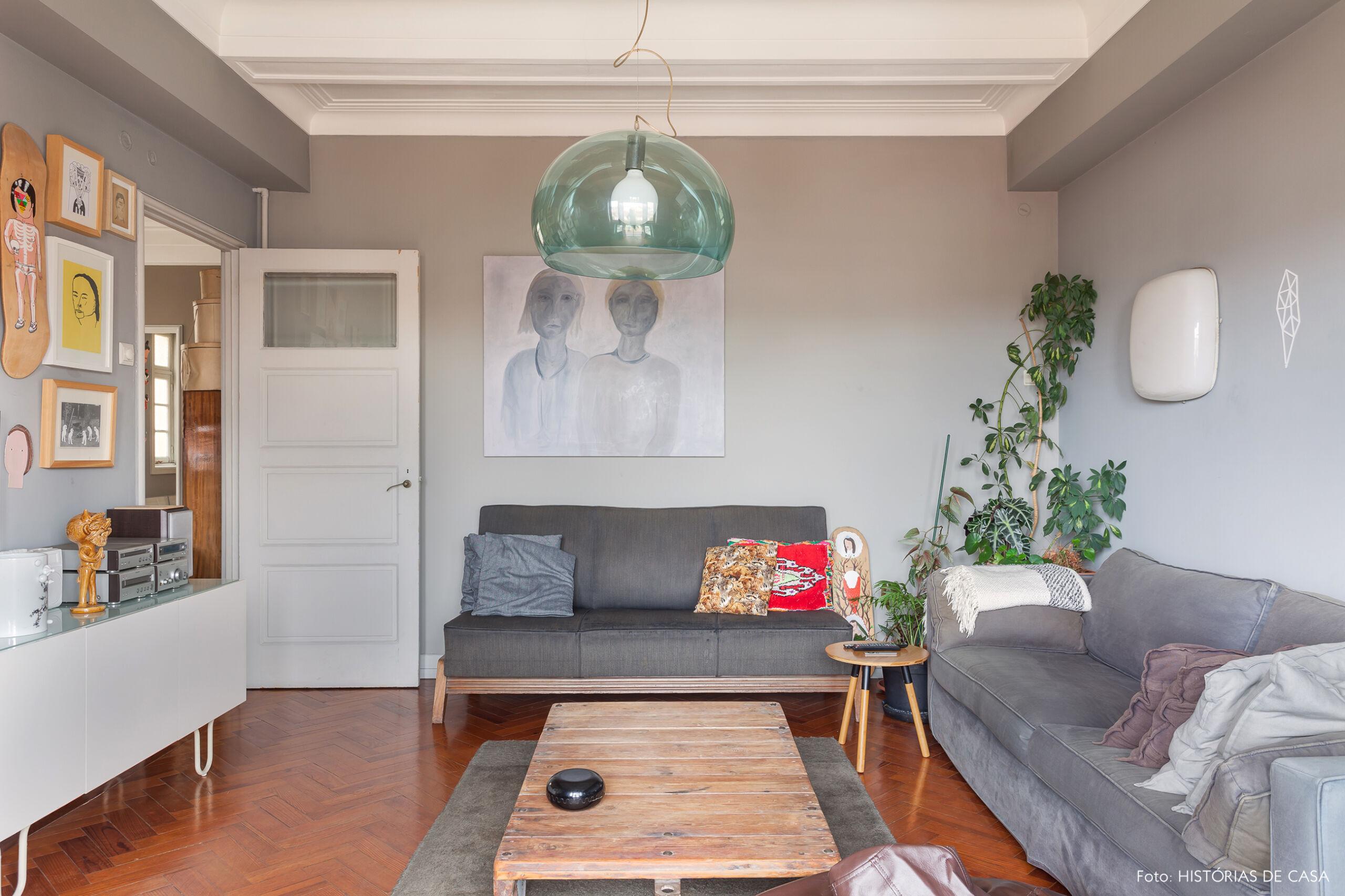 Sala de estar com paredes e sofá cinza