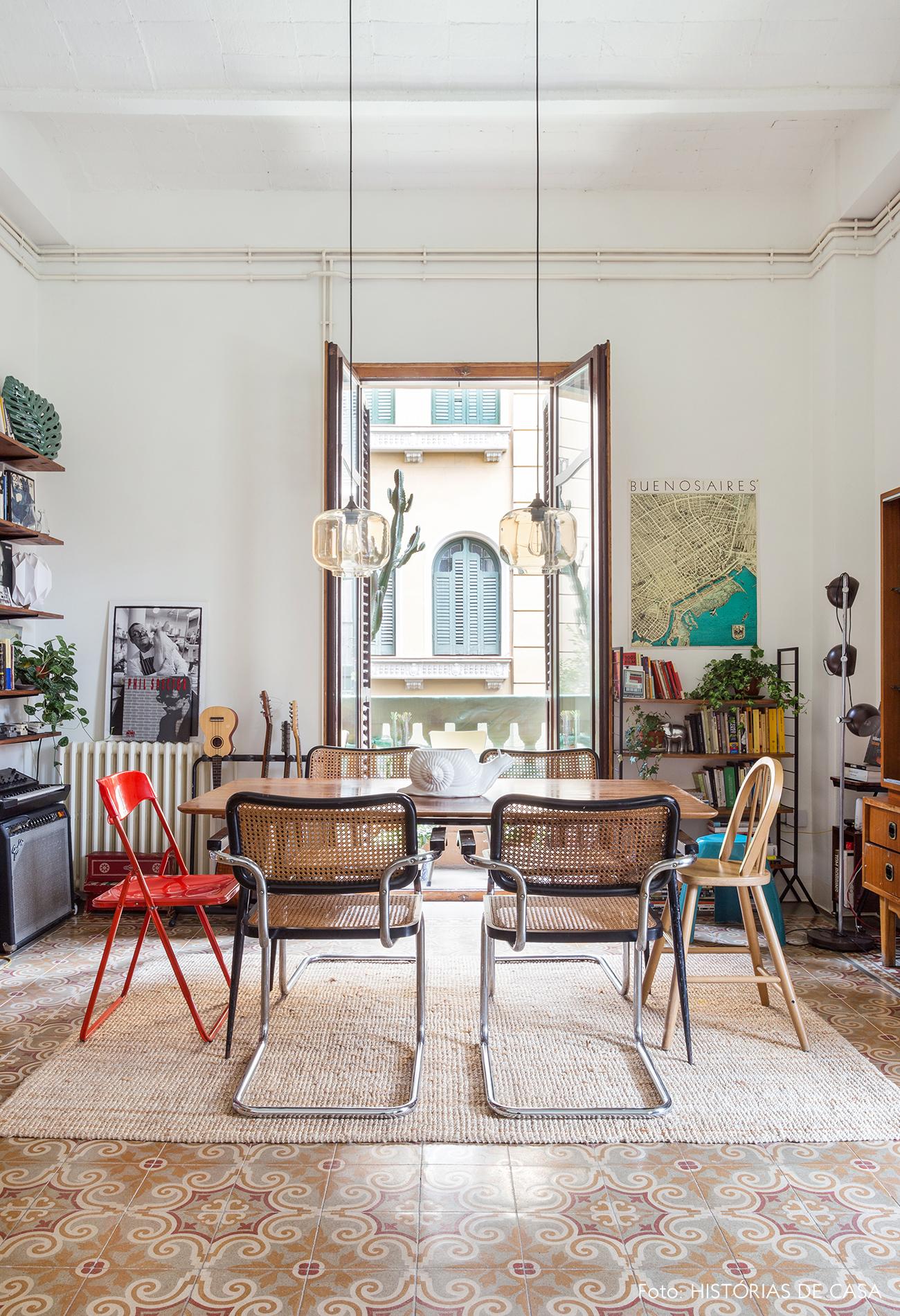 Sala de jantar com ladrilhos hidráulicos em um apartamento em Barcelona