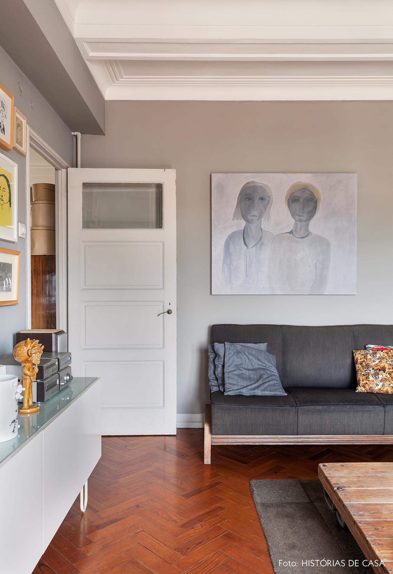 Decoração em tons de cinza paredes e sofá