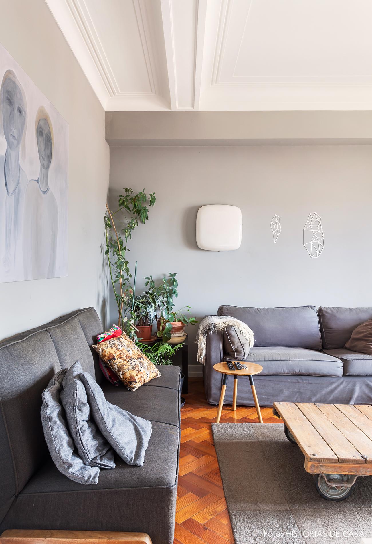 Sofá cinza combinando com parede na mesma cor