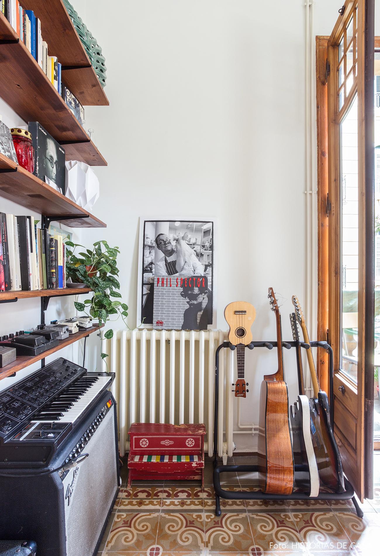 Equipamentos de música organizados na sala