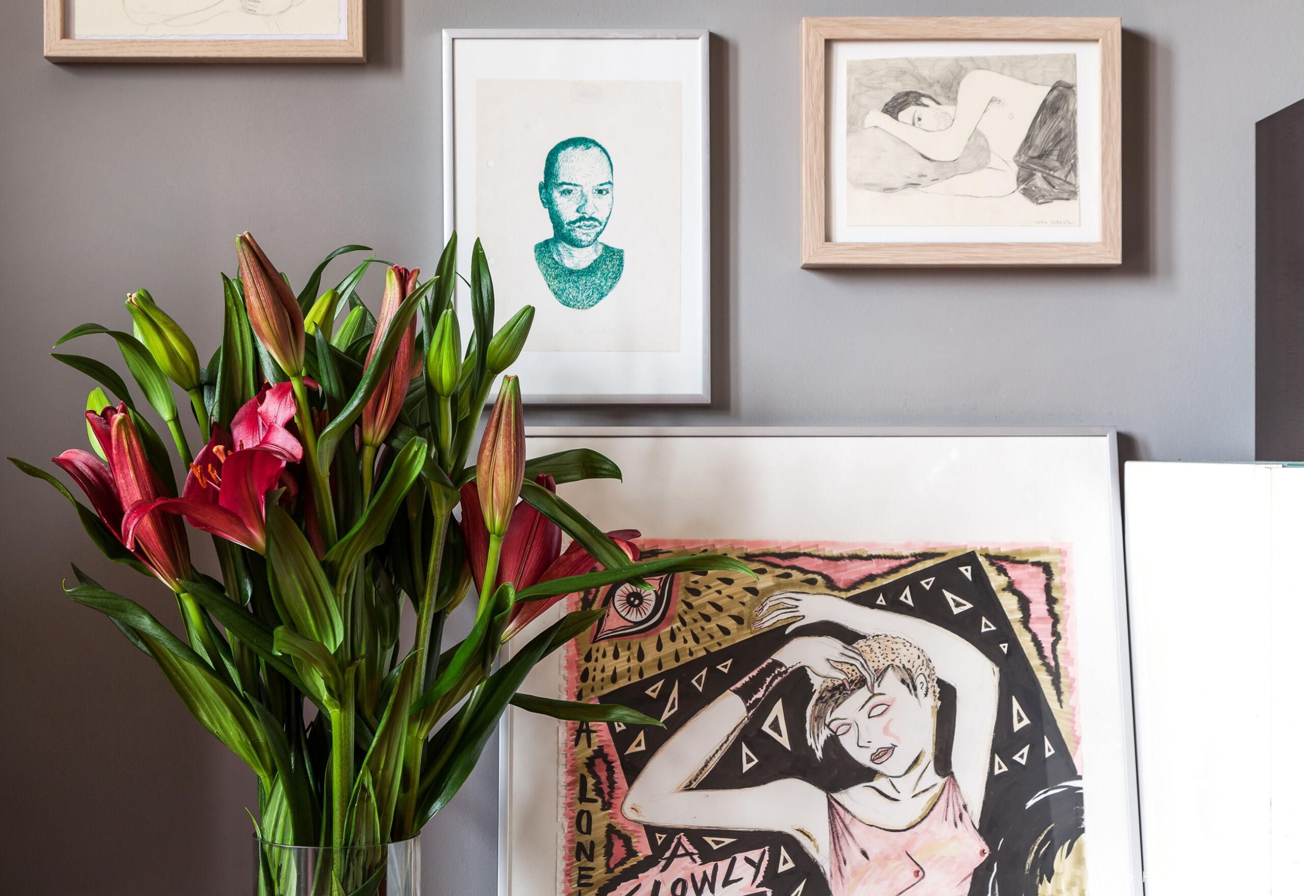 Apartamento com muitos quadros e ilustrações
