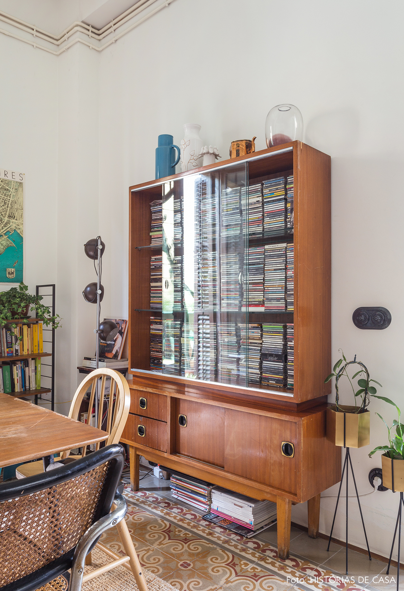 Armário vintage com relíquias em sala de jantar