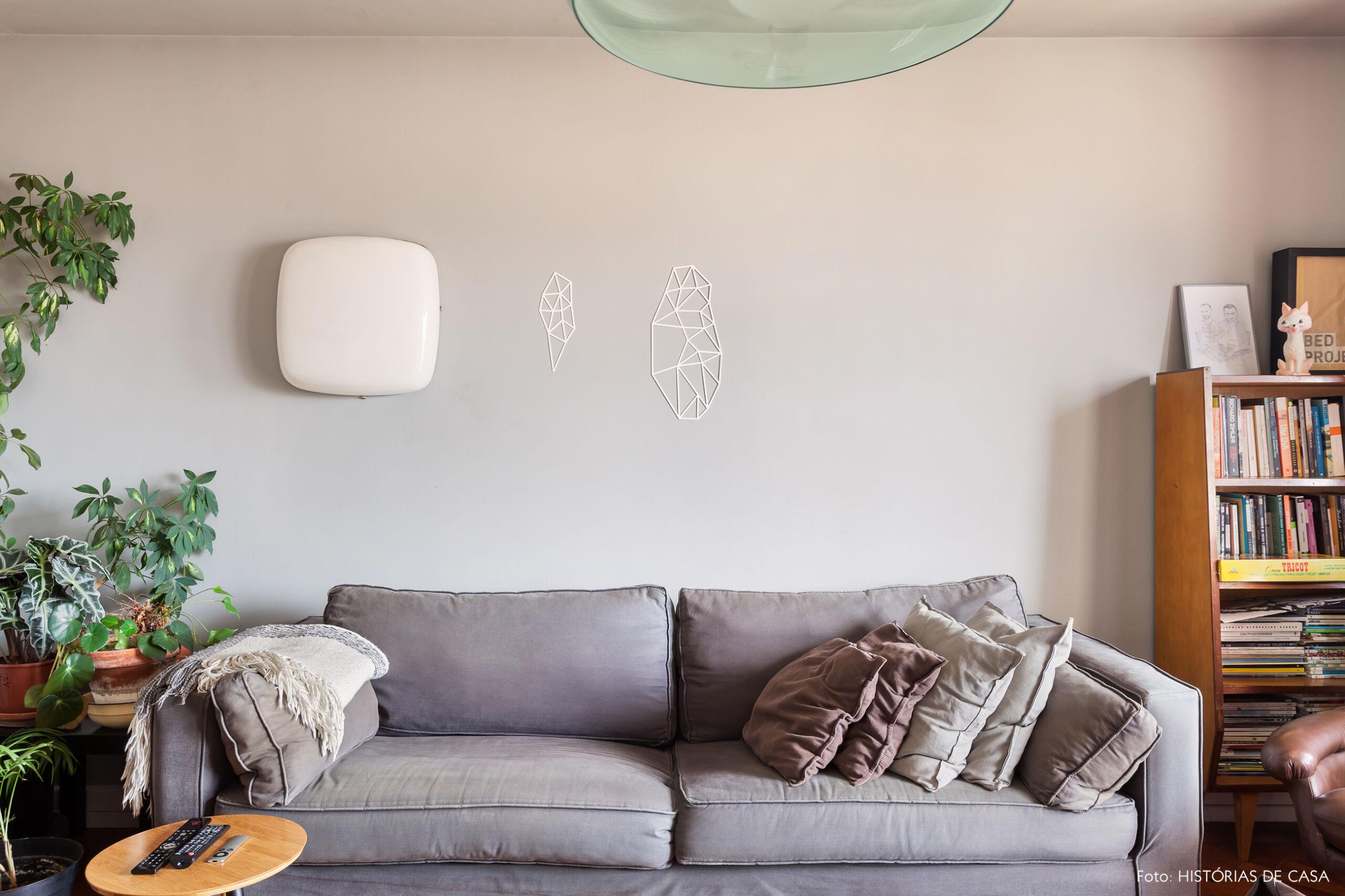 Parede e sofá cinza em apartamento antigo