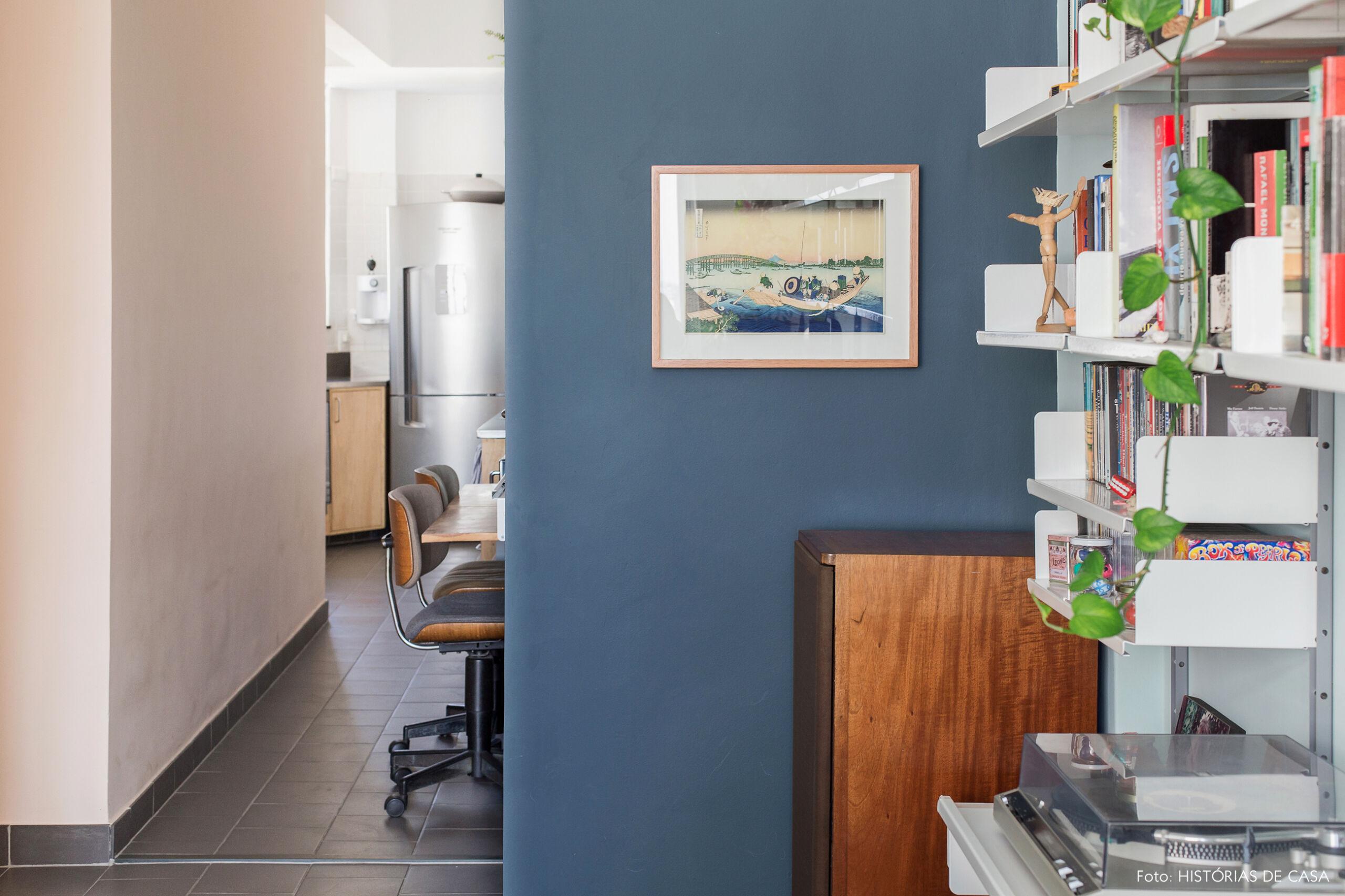 Parede azul escura na entrada do apartamento