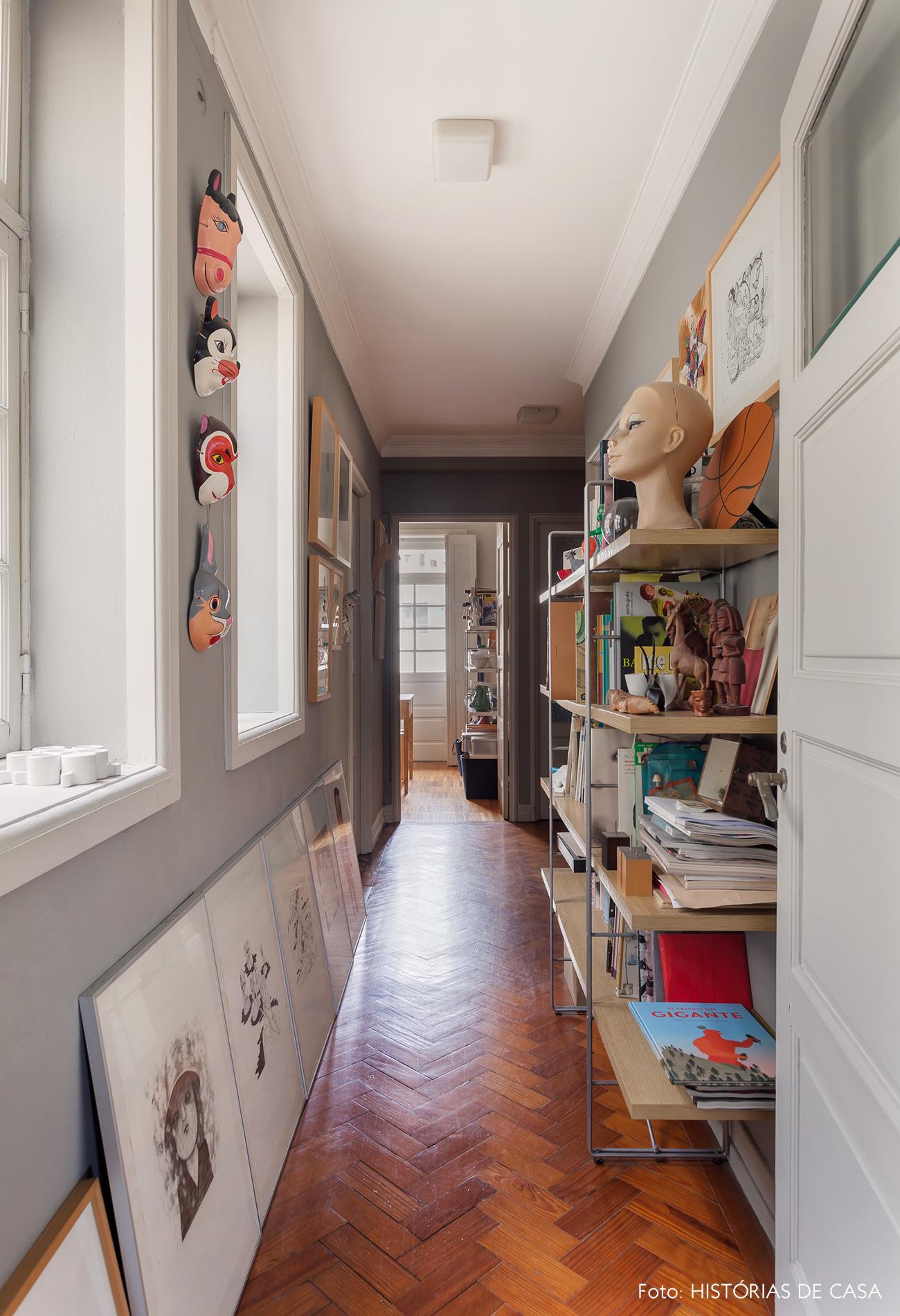 Corredor de apartamento com paredes pintadas de cinza