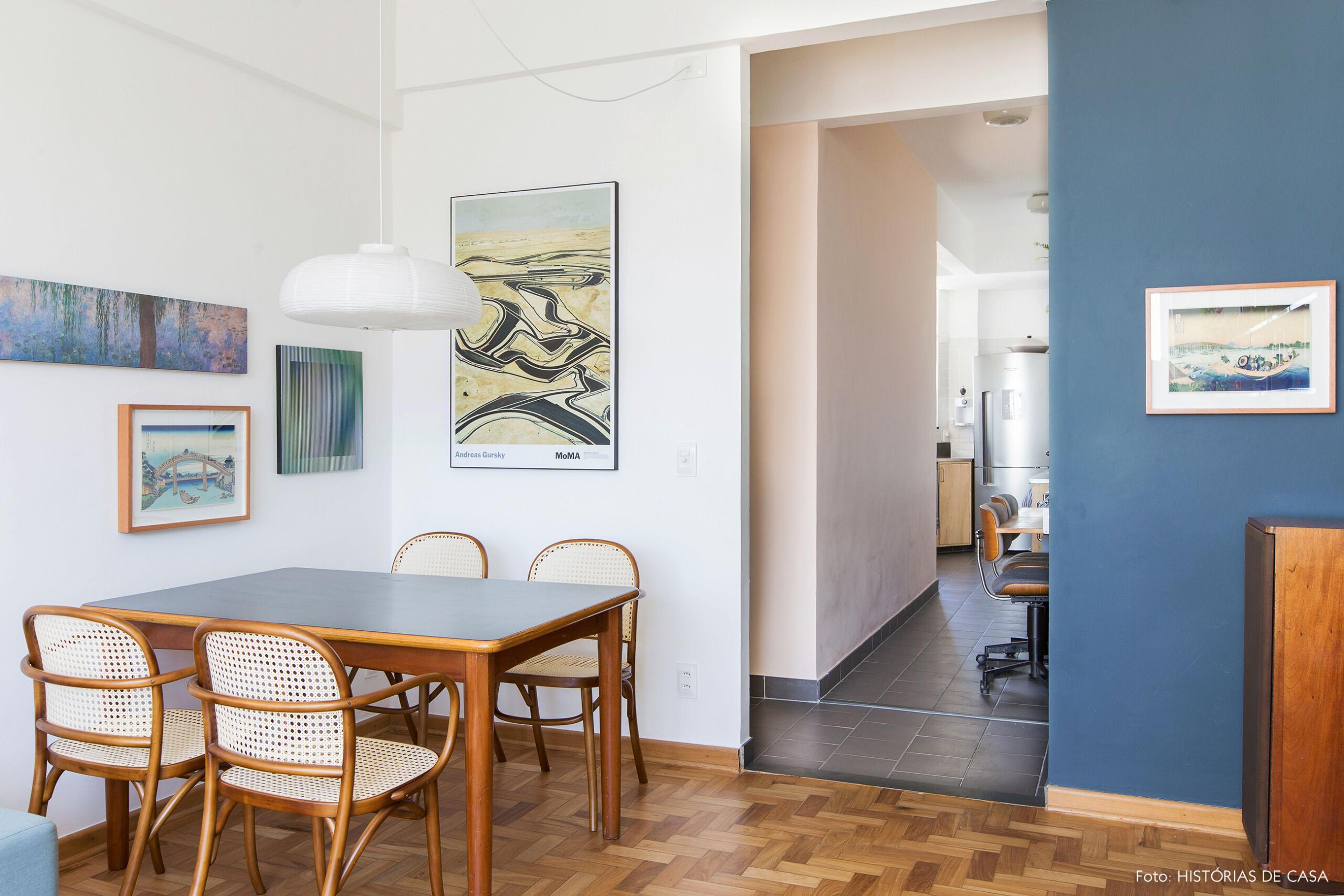 Apartamento com paredes coloridas e sala compacta