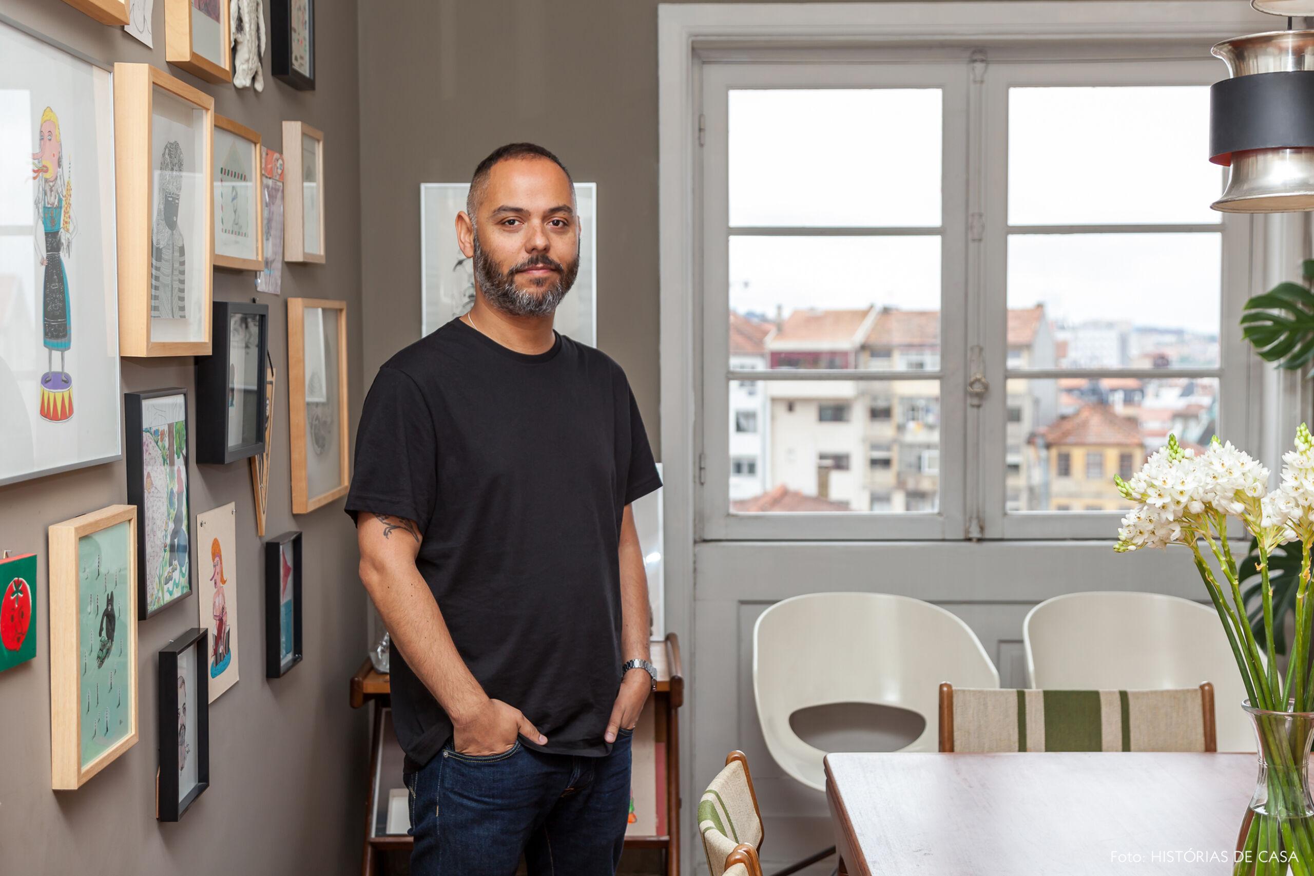 Sala de jantar no apartamento do artista Julio Dolbeth