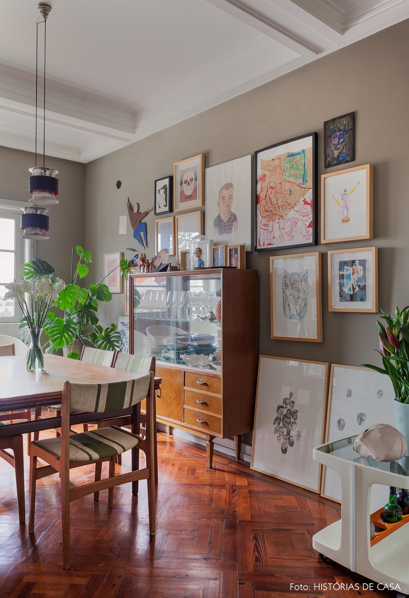 Sala de jantar com móveis vintage e parede cinza