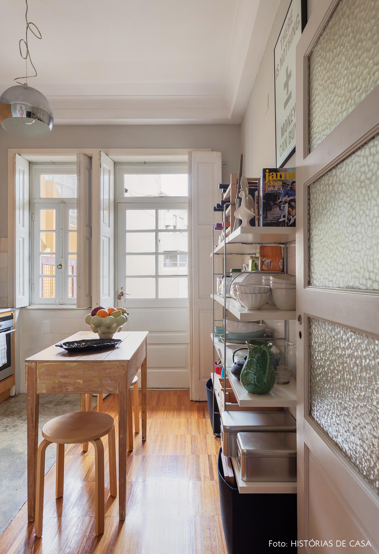 Cozinha reformada em apartamento antigo em Portugal
