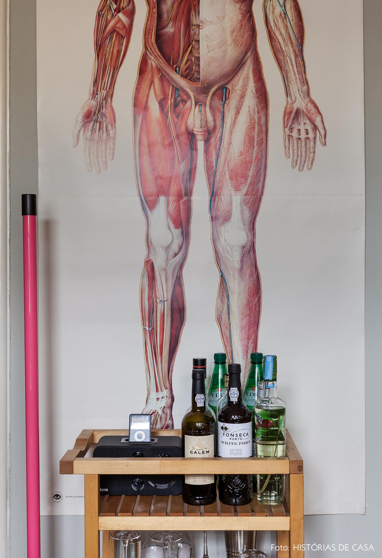 Pôster de anatomia e detalhes bacanas em cozinha reformada