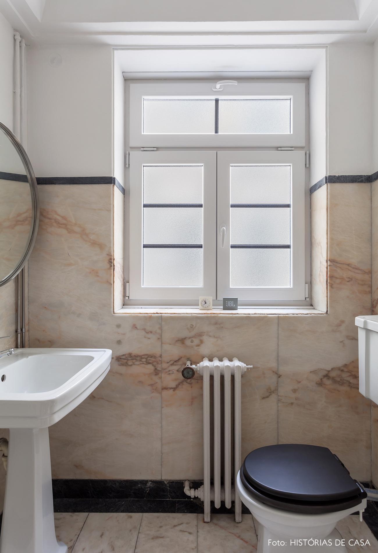 Banheiro antigo com paredes de mármore
