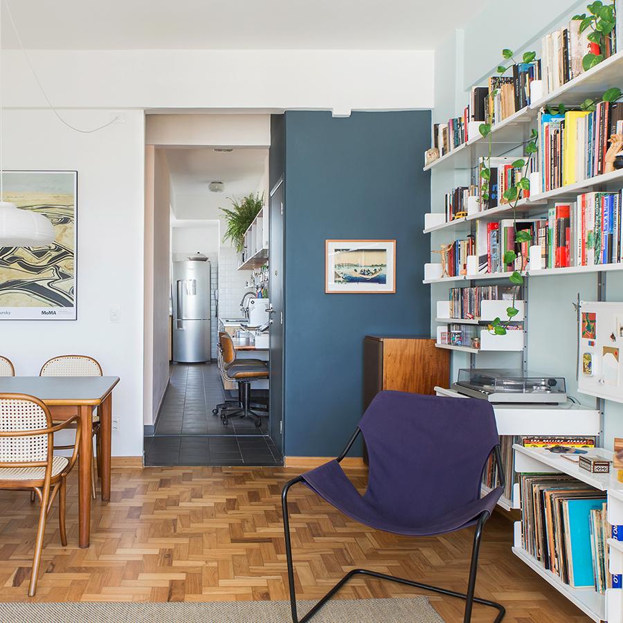 Apartamento reformado com paredes coloridas