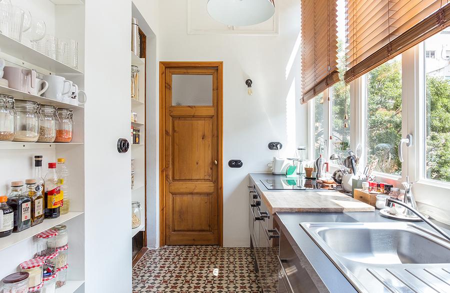 Cozinha estreita com piso de ladrilhos hidráulicos