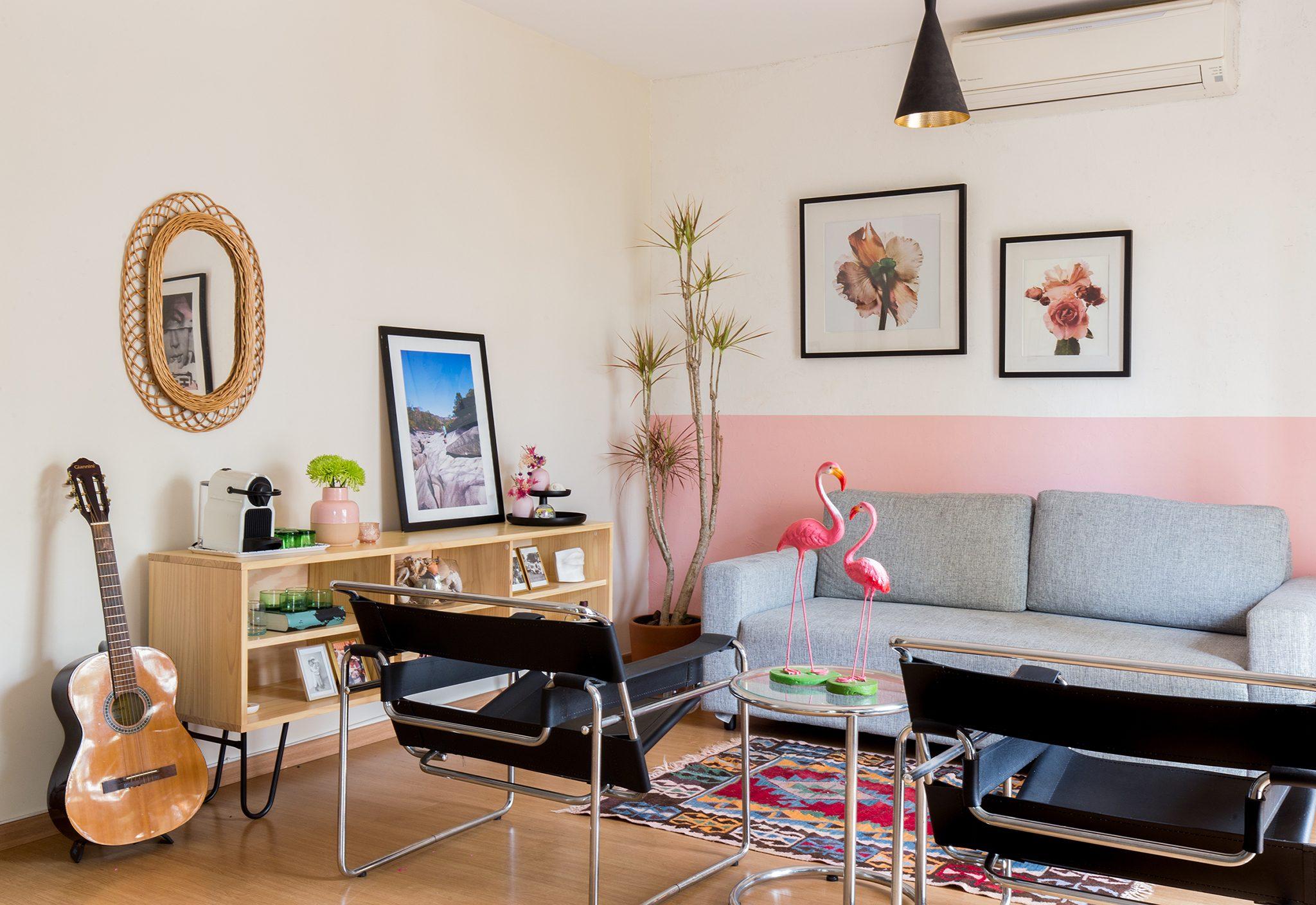 Apartamento descolado com parede pintada de rosa