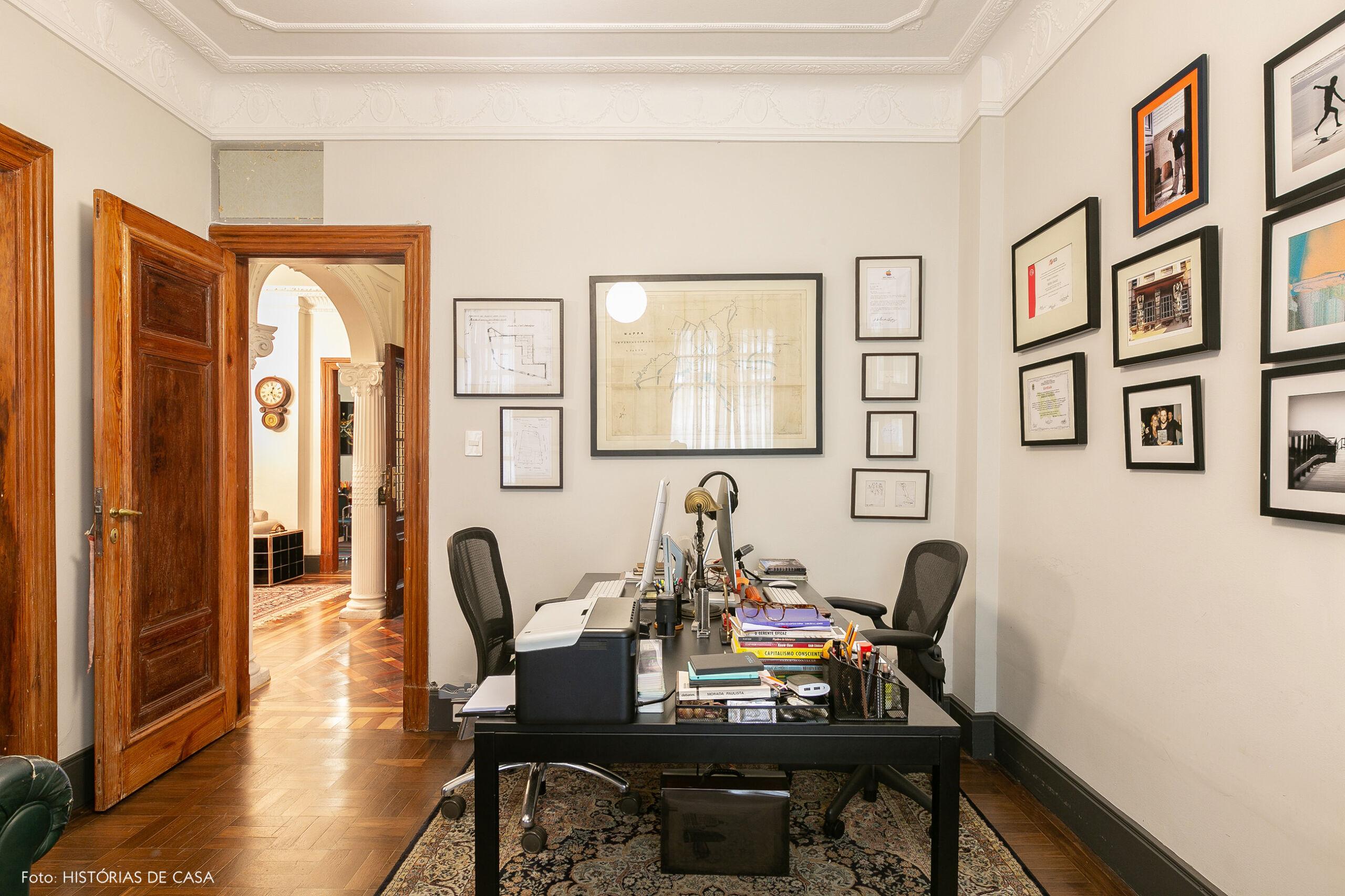Mesas de trabalho em escritório no centro, arquitetura