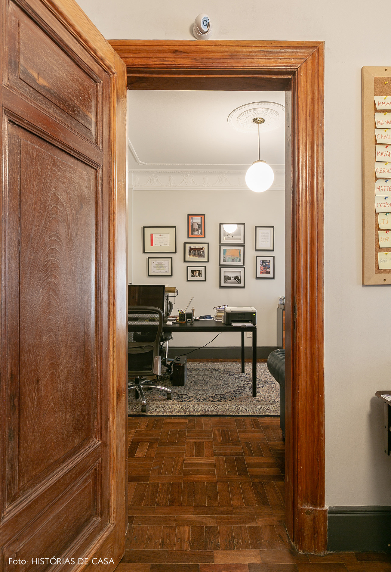 Porta de madeira antiga em escritório restaurado