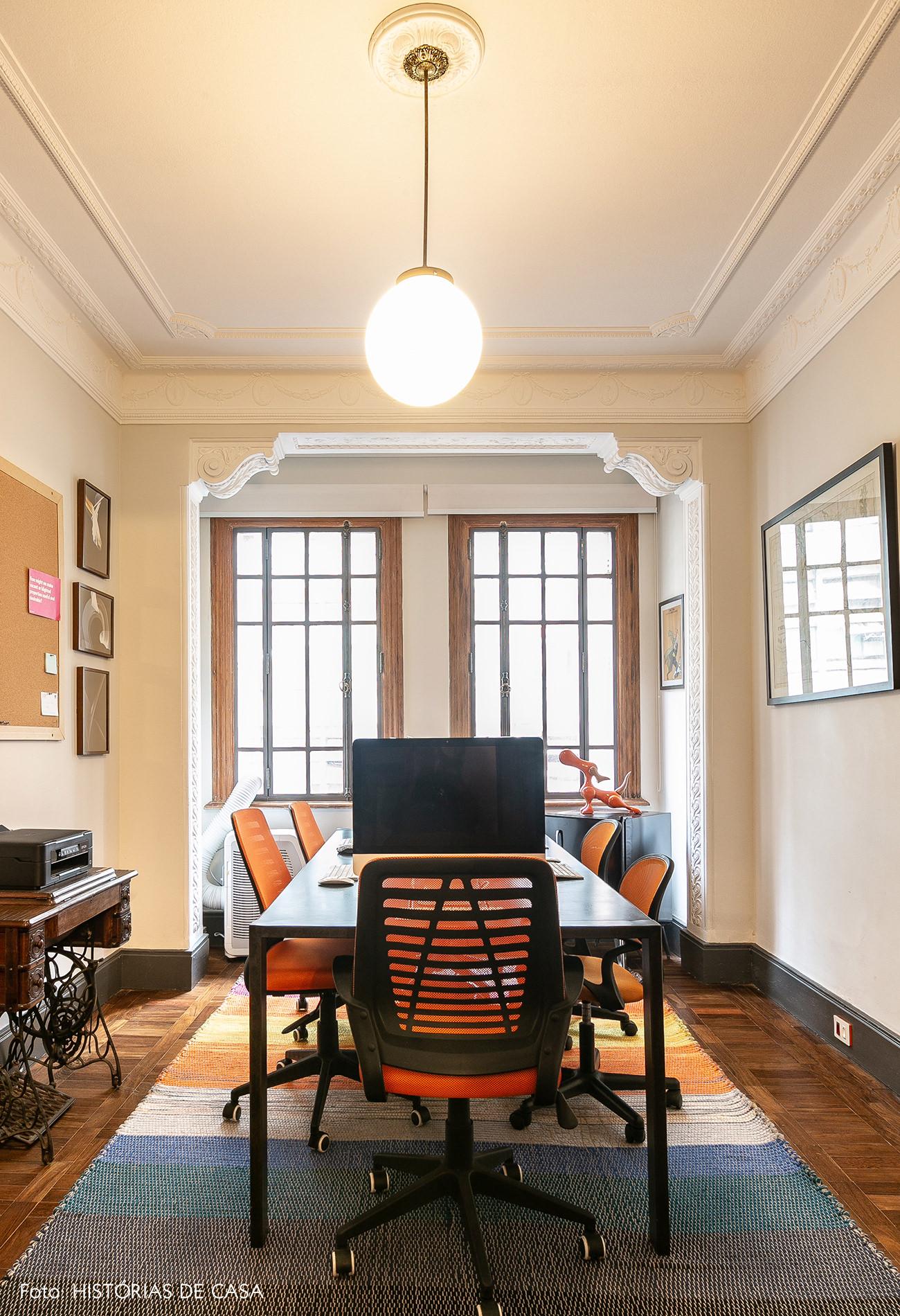 Mesa de trabalho em escritório no centro
