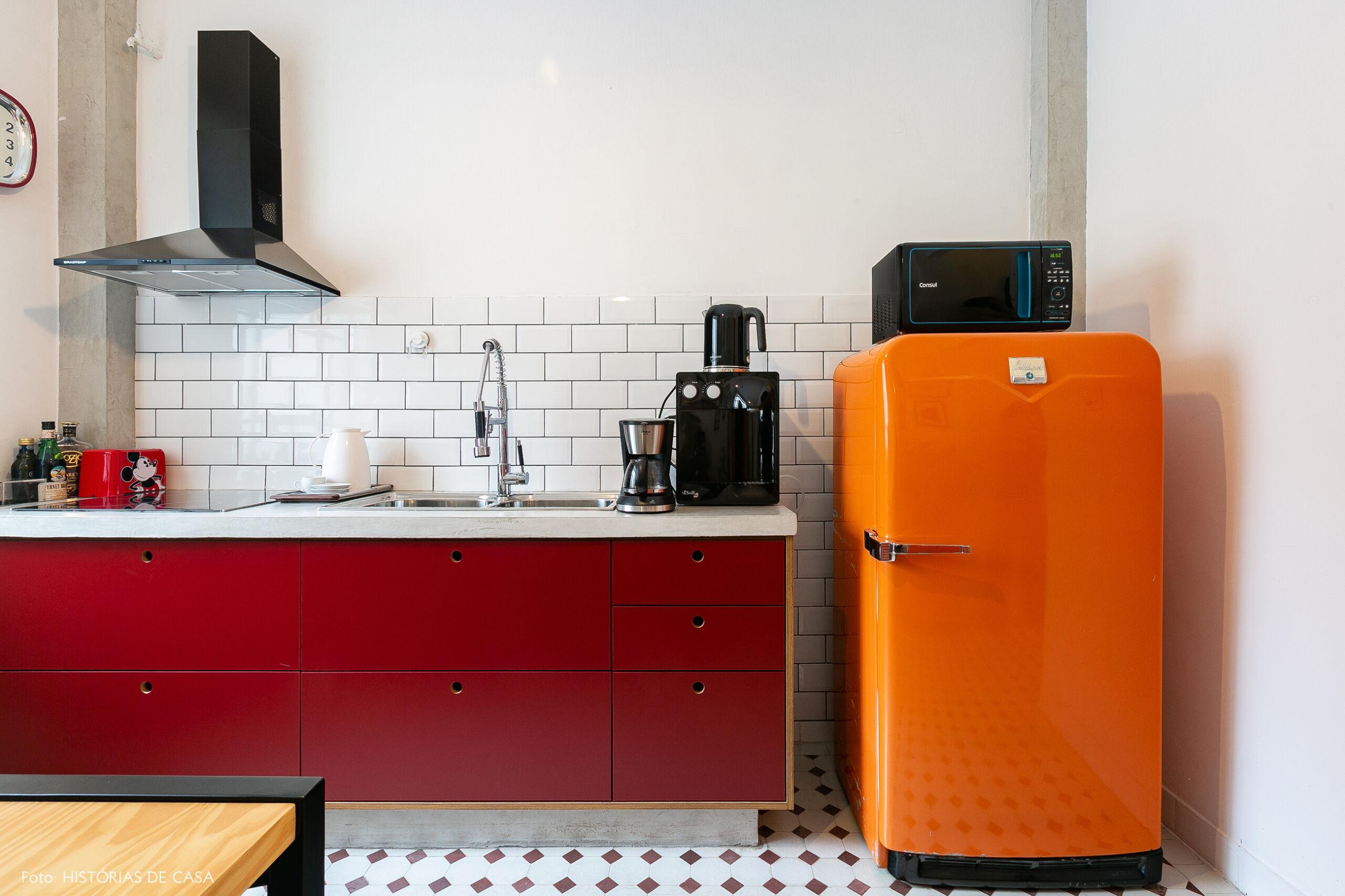 Copa de escritório com geladeira colorida e subway tiles