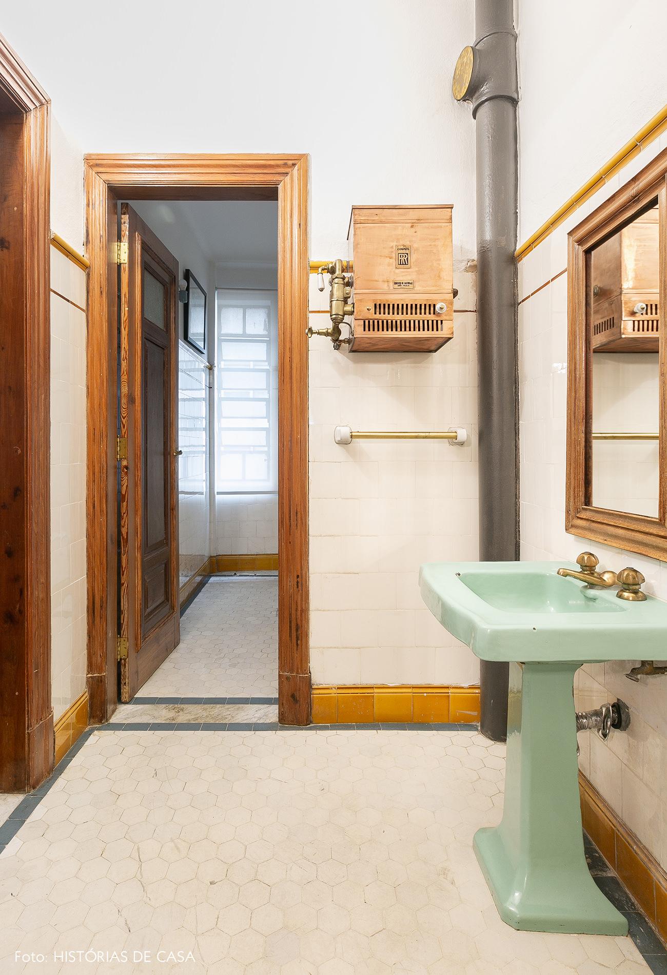 Banheiro antigo restaurado com cuba verde menta