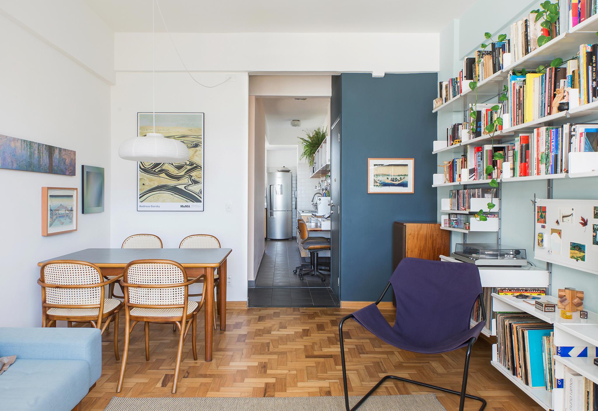 Sala de apartamento pequena com paredes coloridas
