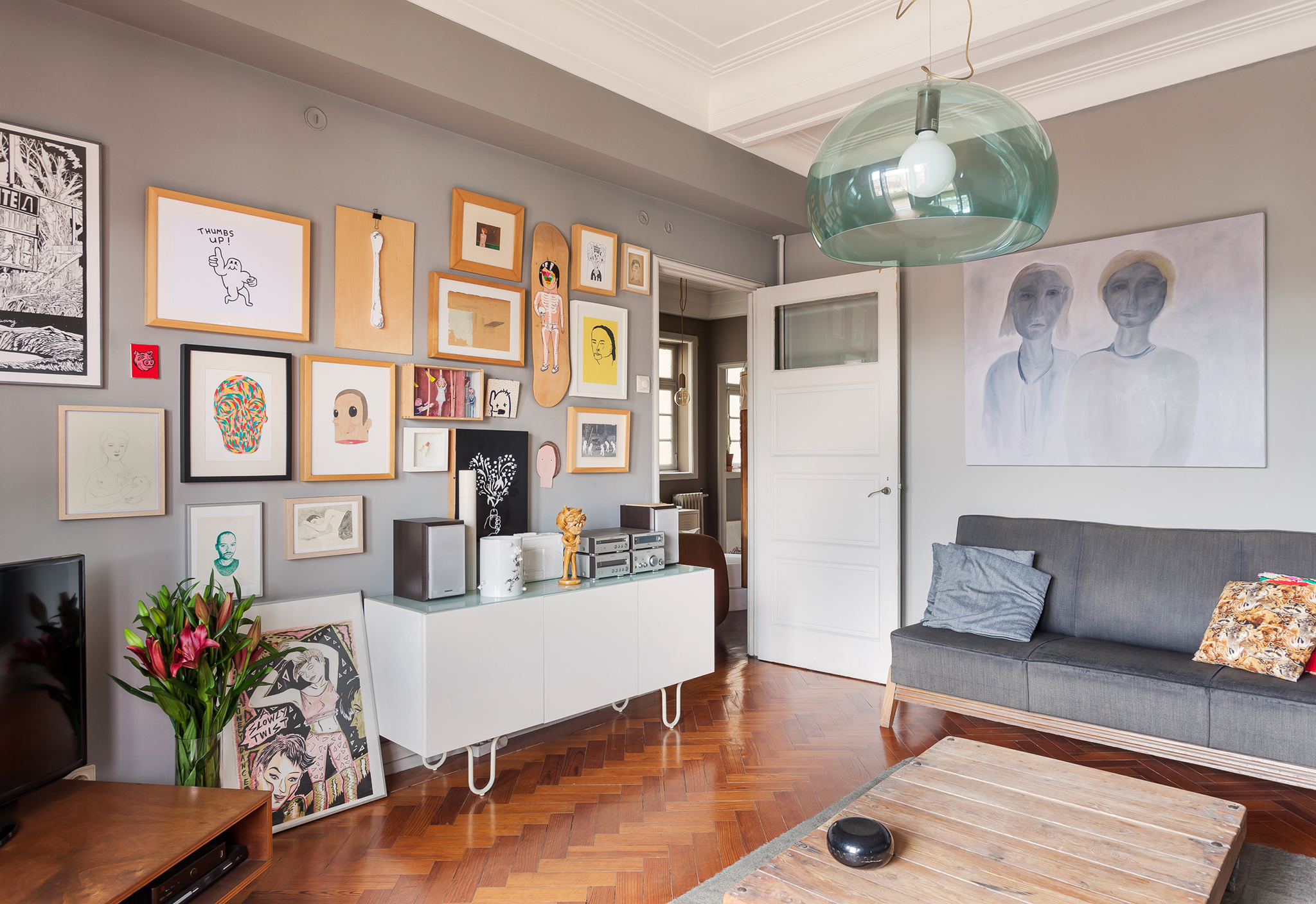 Apartamento antigo com paredes pintadas de cinza