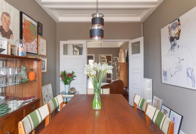 Sala de jantar em apartamento antigo com paredes cinza
