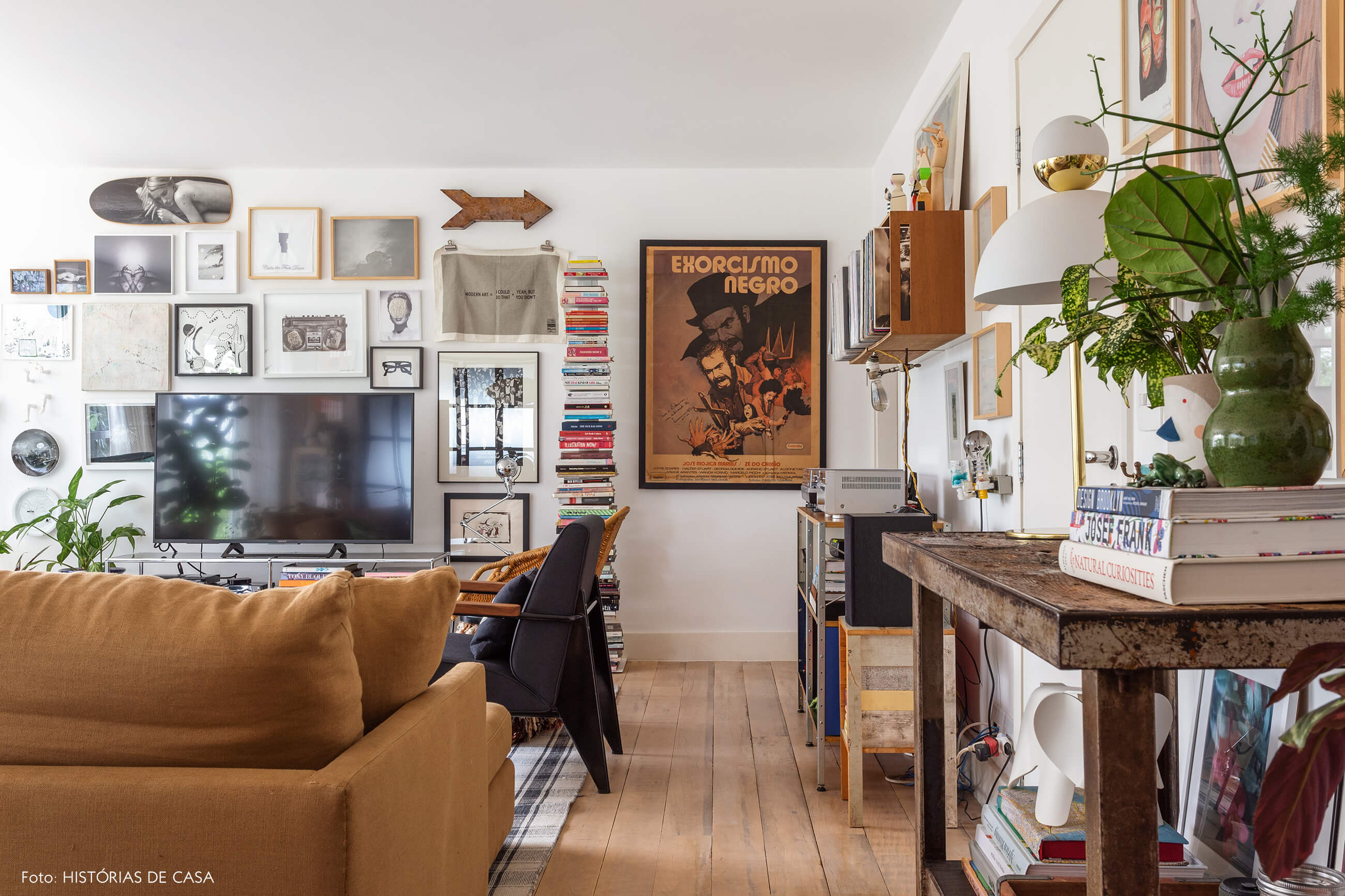 Apartamento cheio de quadros e tons terrosos