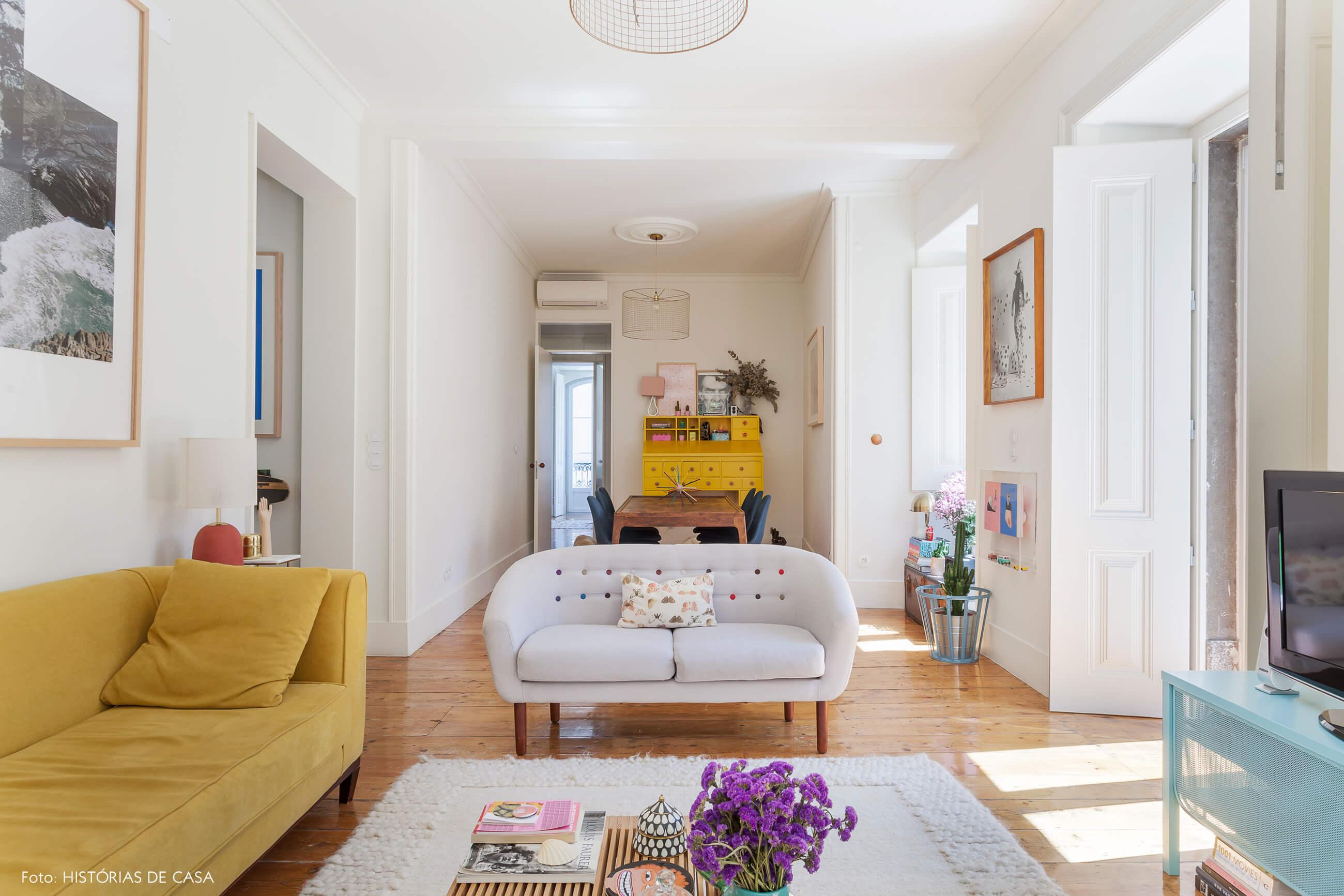 Sala integrada com decoração colorida