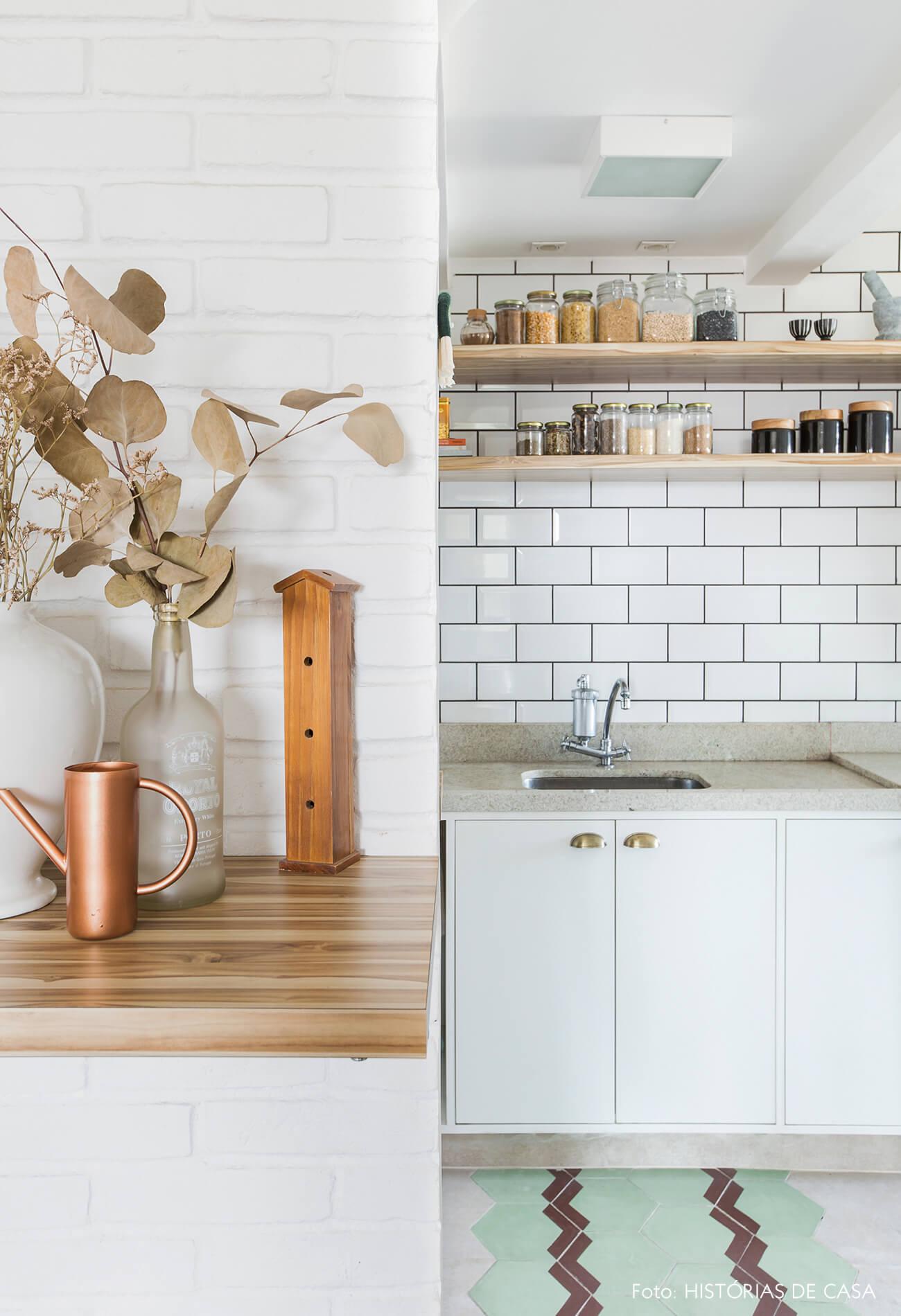 Apartamento pequeno com ladrilho hidráulico na cozinha