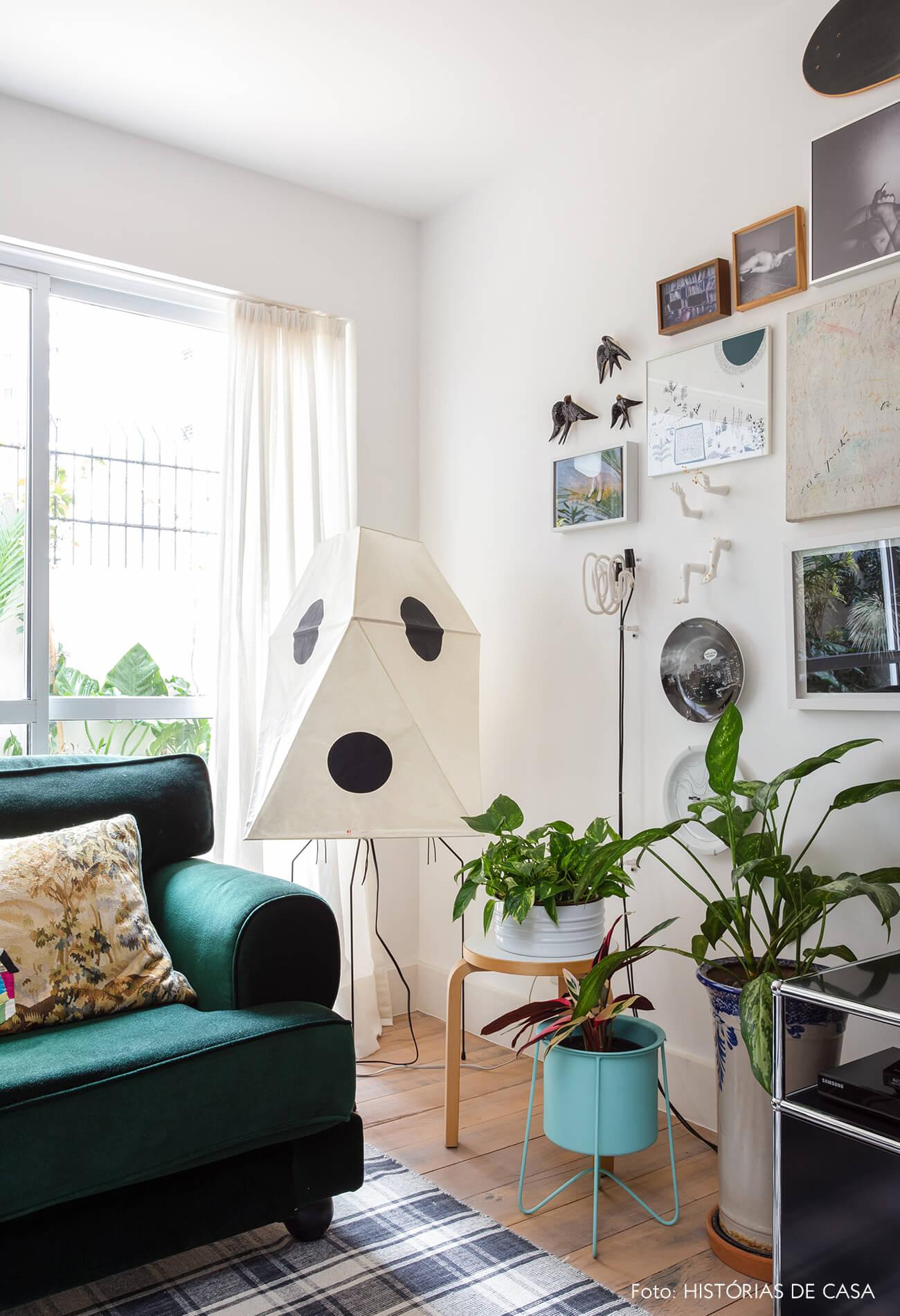 Sala com sofá verde e luminária de piso de papel