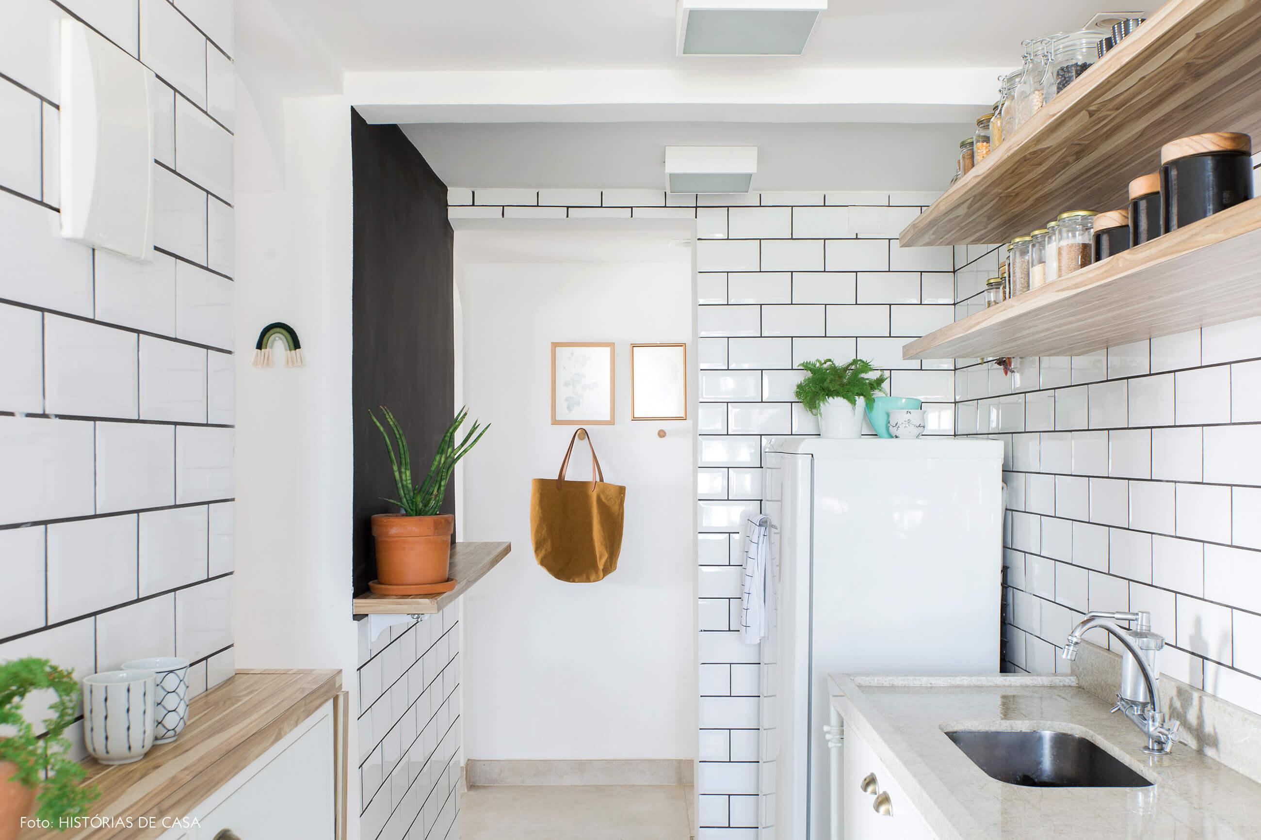 Apartamento pequeno com cozinha tipo corredor e azulejos de metrô